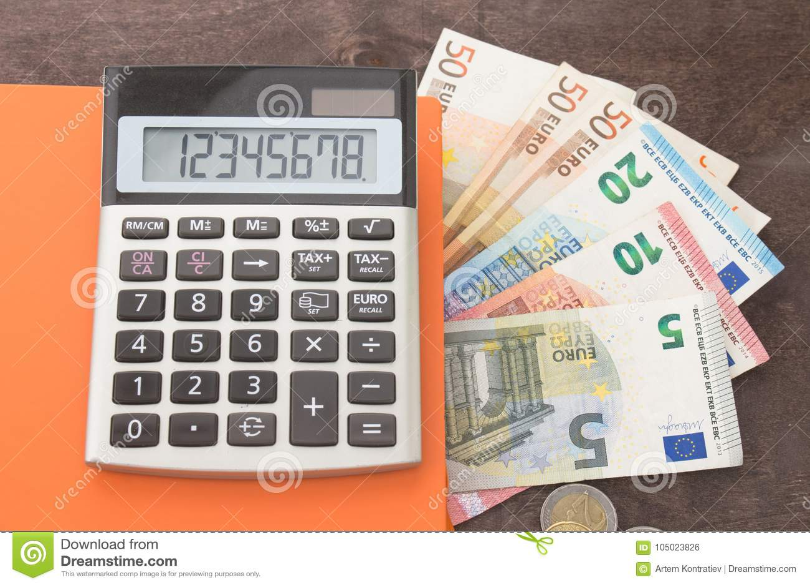Buchhaltung und Geschäftsführung Banknoten, Taschenrechner andEuro Banknoten auf hölzernem Hintergrund Foto für Steuer, Debet und