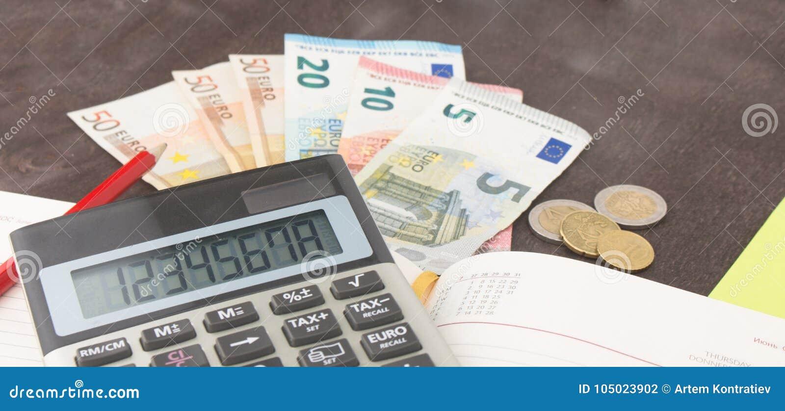 Buchhaltung und Geschäftsführung Banknoten, Taschenrechner und Eurobanknoten auf hölzernem Hintergrund Steuer, Debet und Kostenbe
