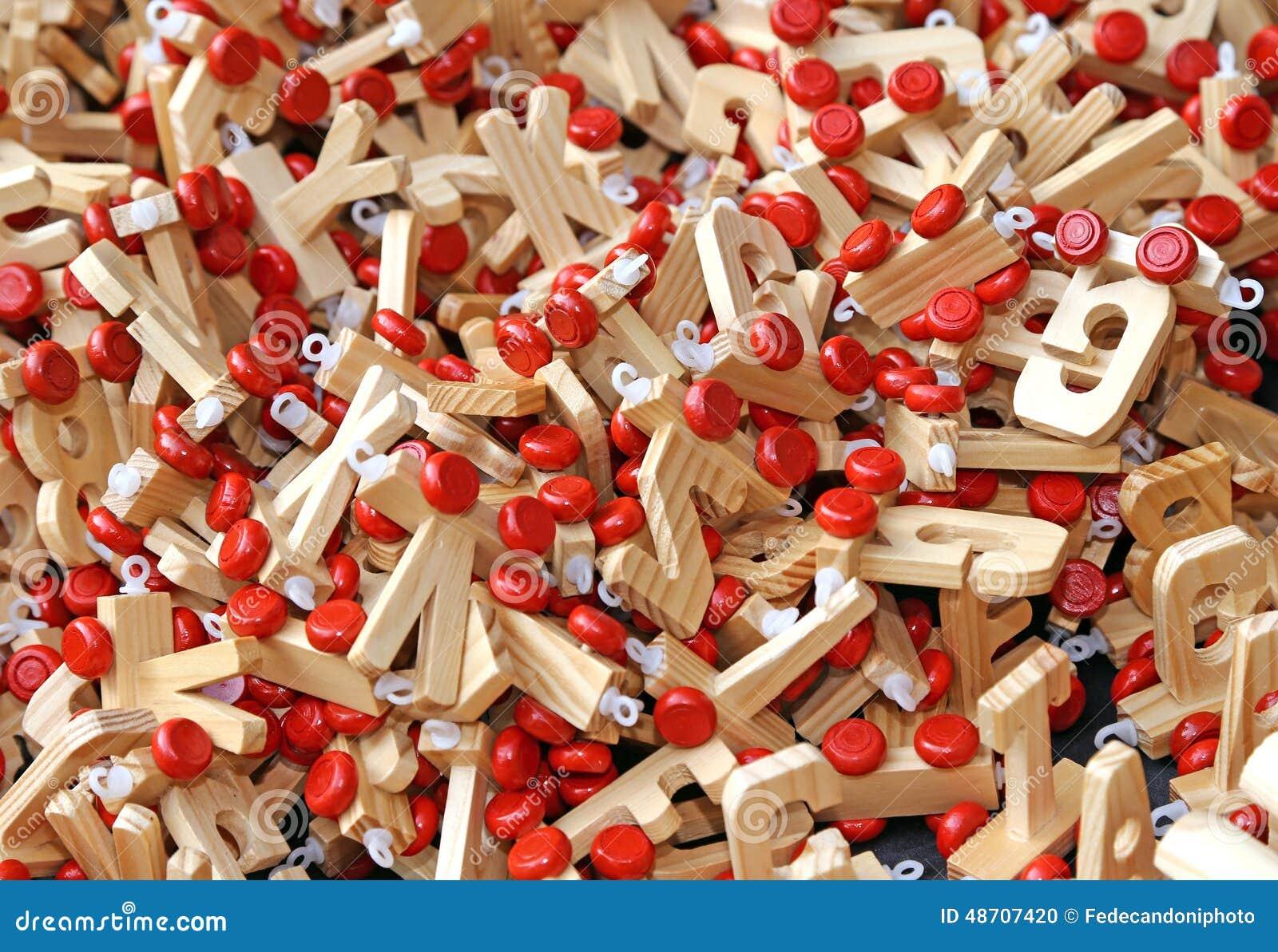 buchstaben im holz mit den roten r dern zum von w rtern und von namen aus chi zu verfassen. Black Bedroom Furniture Sets. Home Design Ideas
