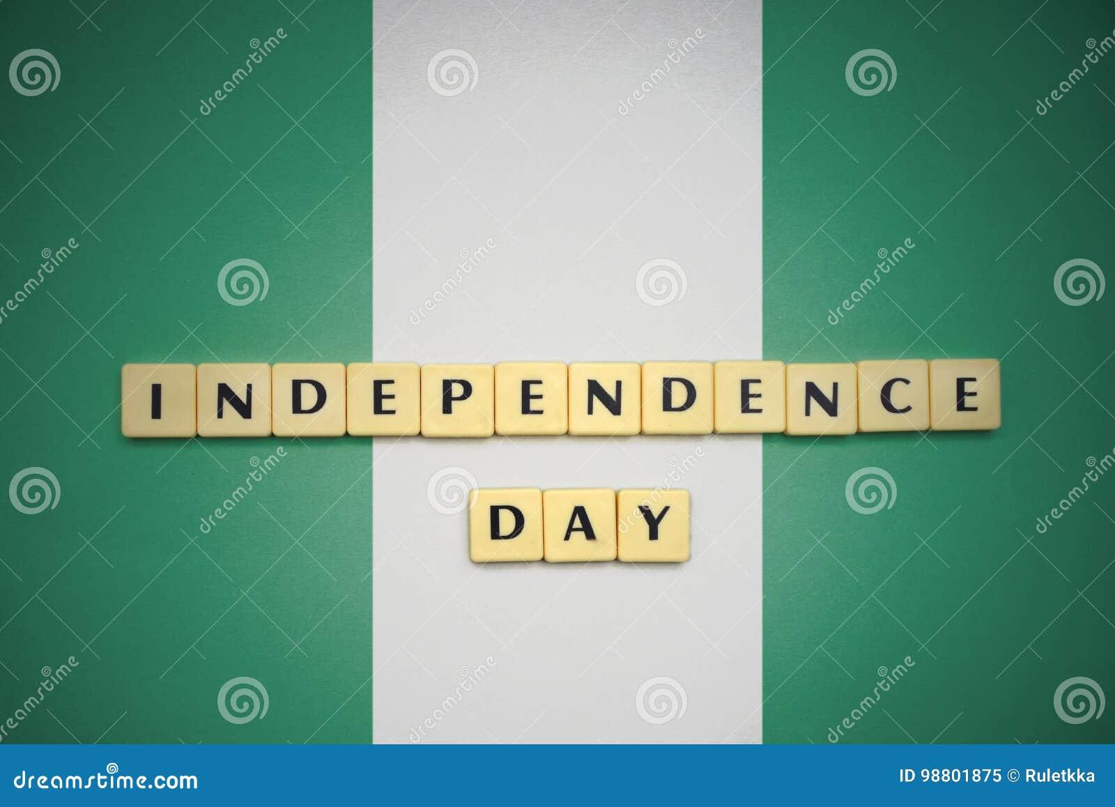 Buchstaben mit Textunabhängigkeitstag auf der Staatsflagge von Nigeria