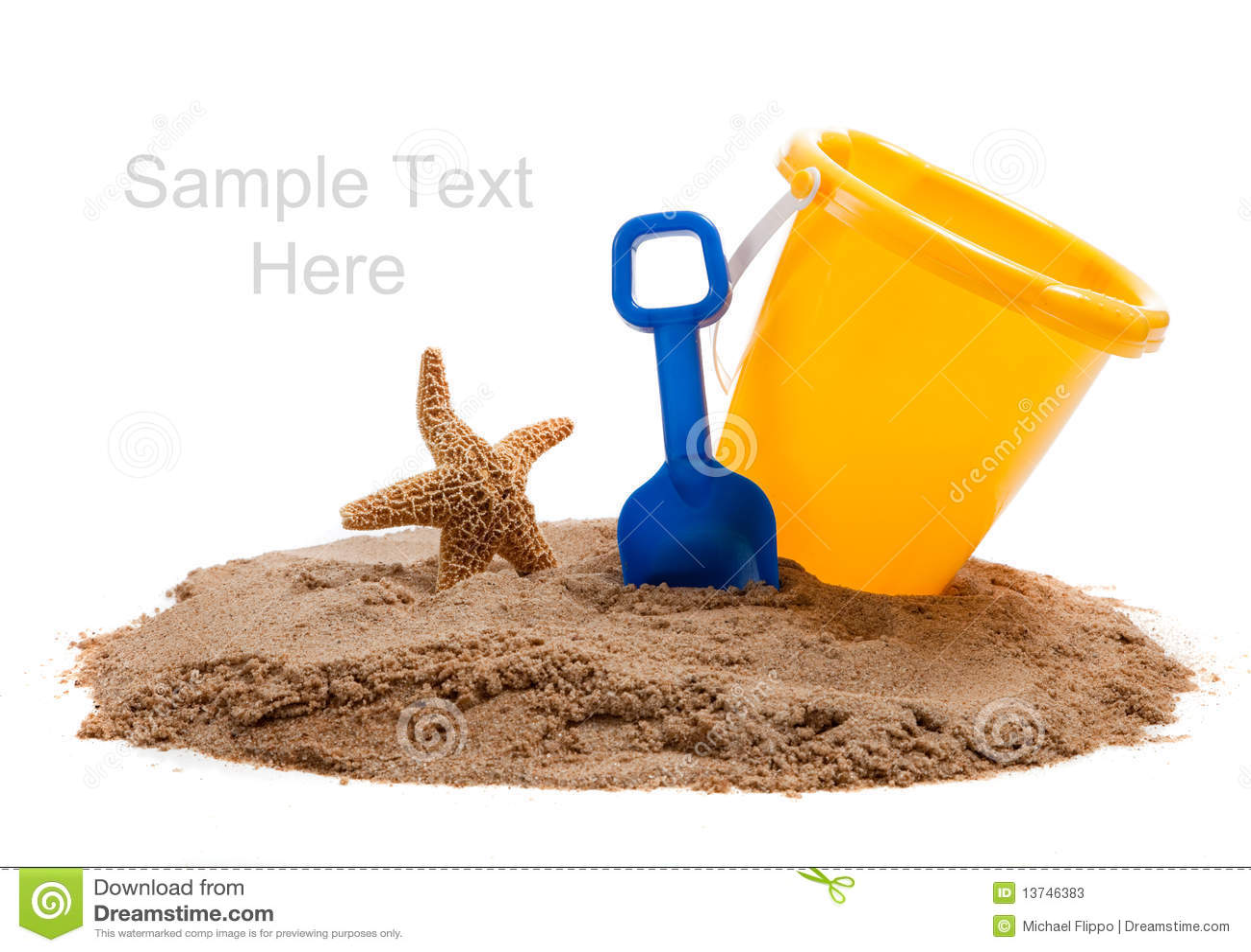 Bucket sur la plage avec la pelle et les étoiles de mer bleues