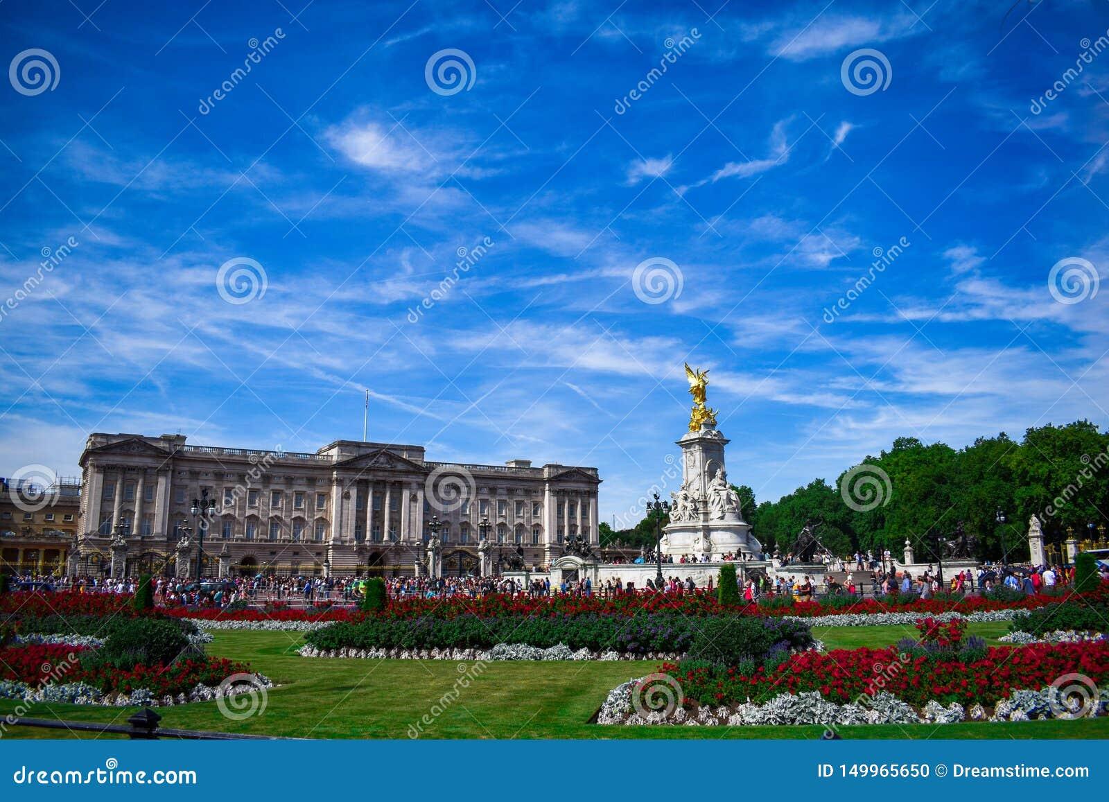Buckingham Palace avec le monument À pleine vue du Buckingham Palace pendant le lever de soleil Palais de Buckingham et le mémori