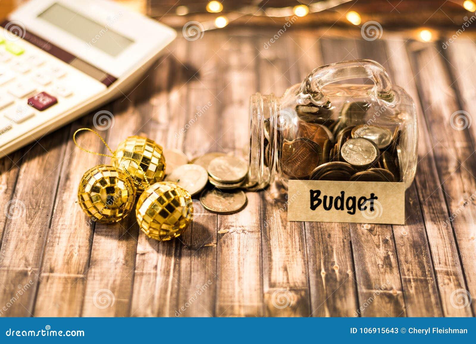 Budżeta pieniądze słoju savings motywacyjny pojęcie na drewnianej desce