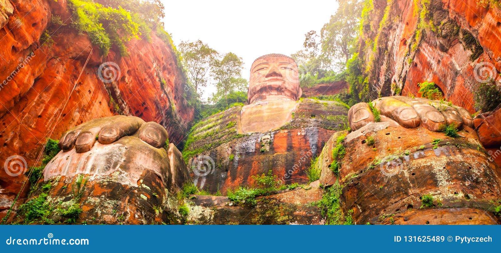 Buda gigante em Leshan, Sichuan, China, vista da parte inferior