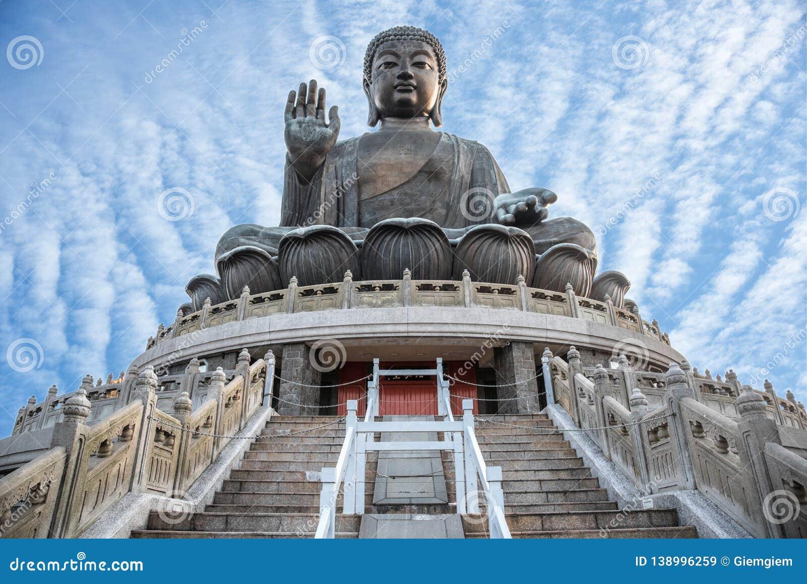 Buda gigante Po Lin Monastery na ilha de Lantau em Hong Kong com céu azul