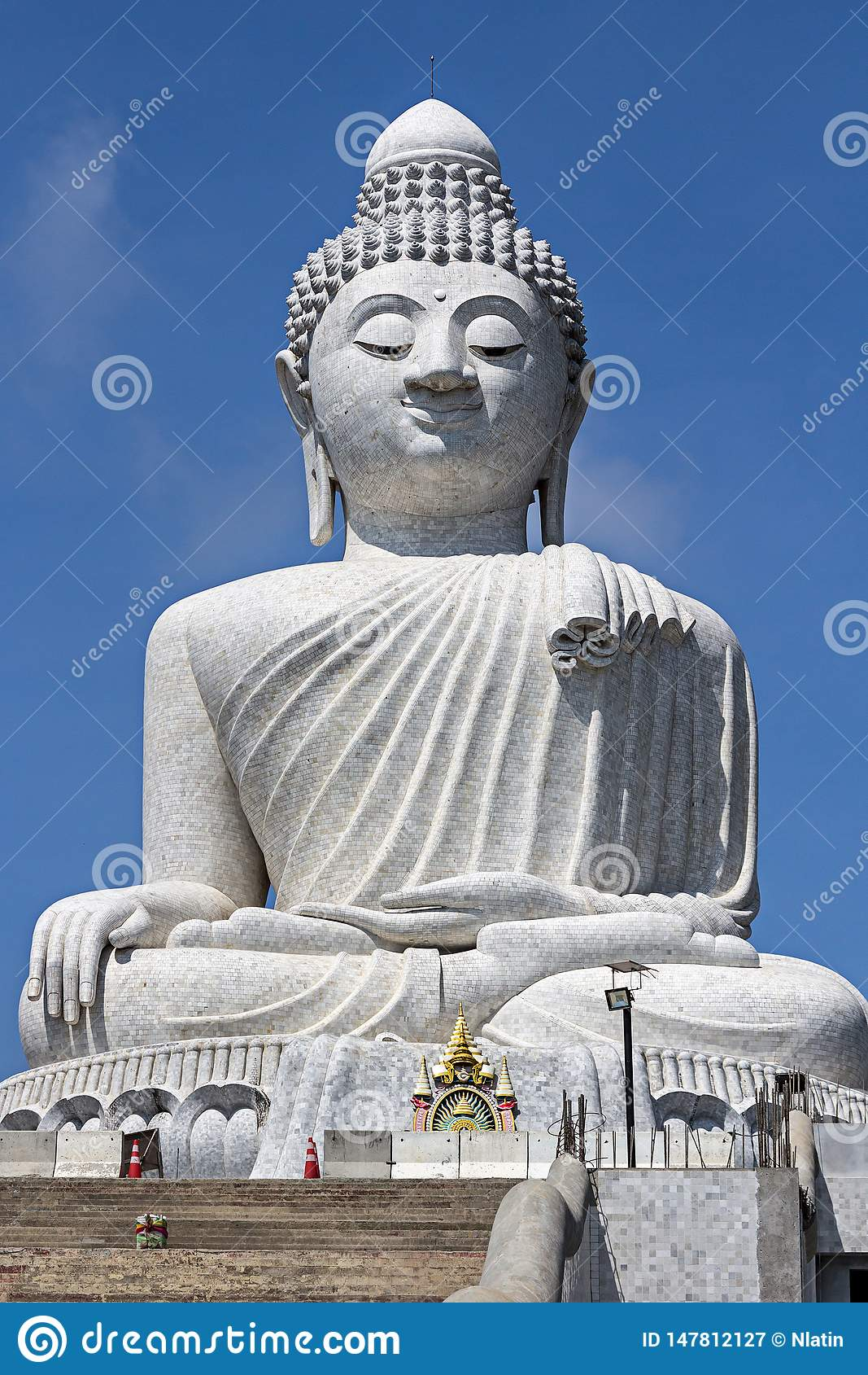 Buda grande na ilha de Phuket, Tailândia