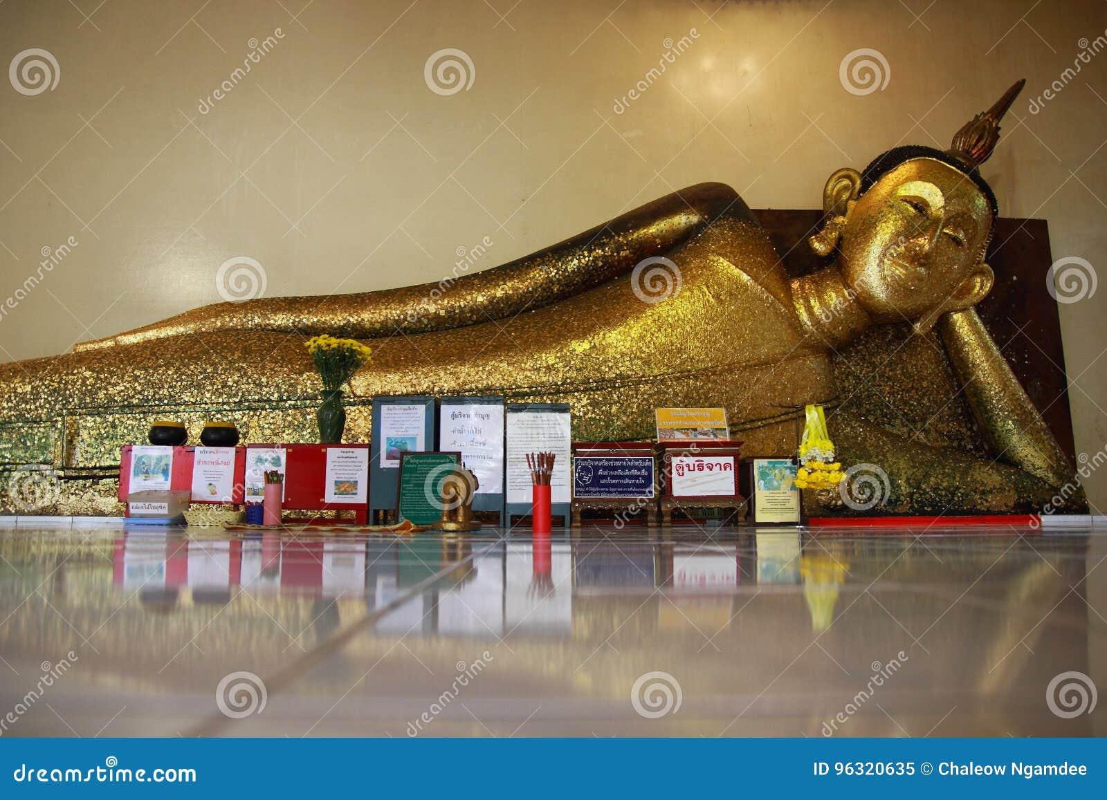 Buda no pradu Rayong do pa de Wat