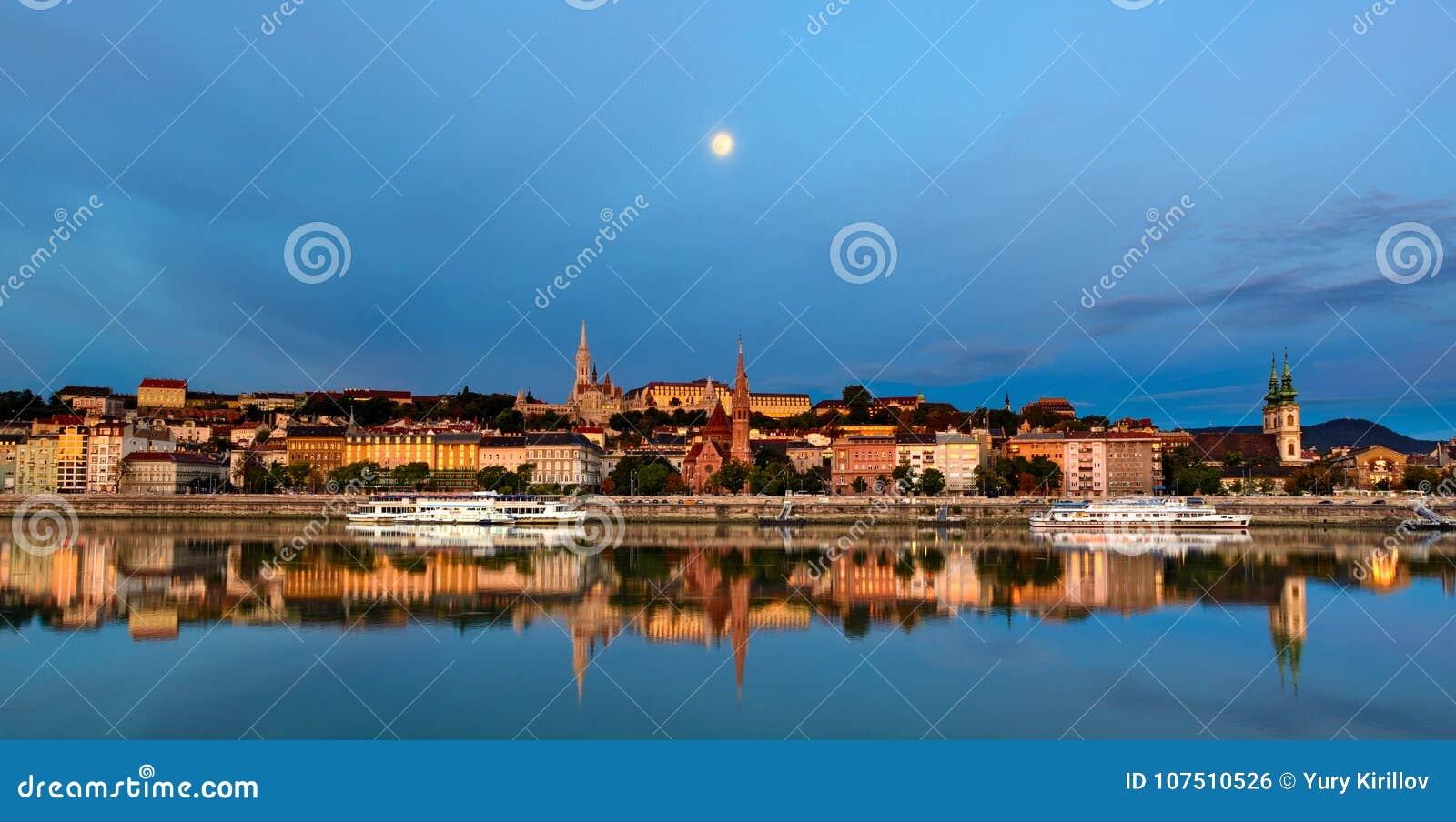 Budakant van de stad van Boedapest onder de maan