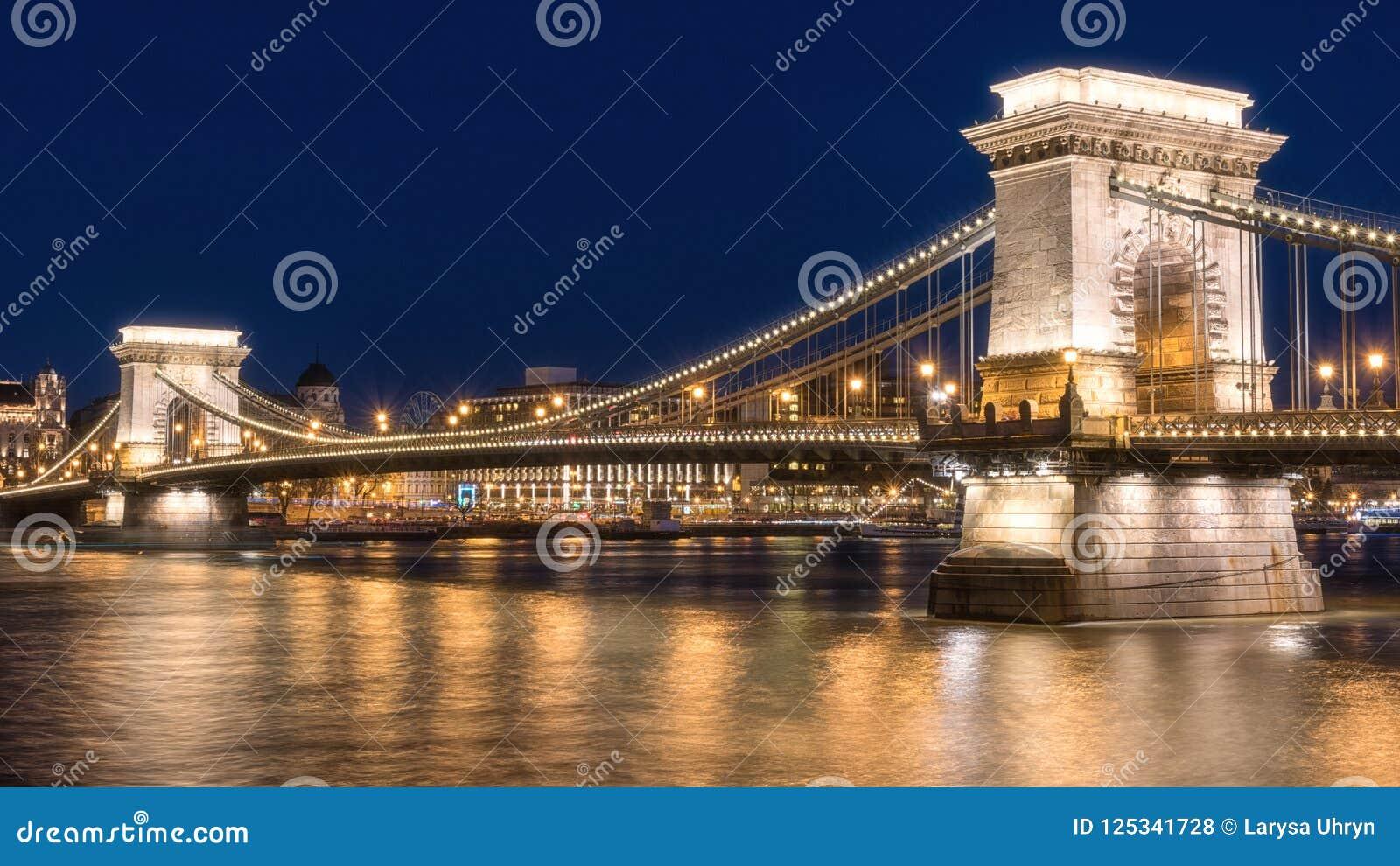 Budapest, Łańcuszkowego mosta Szechenyi lanchid przy mrocznymi błękitnymi godzinami, Węgry, Europa