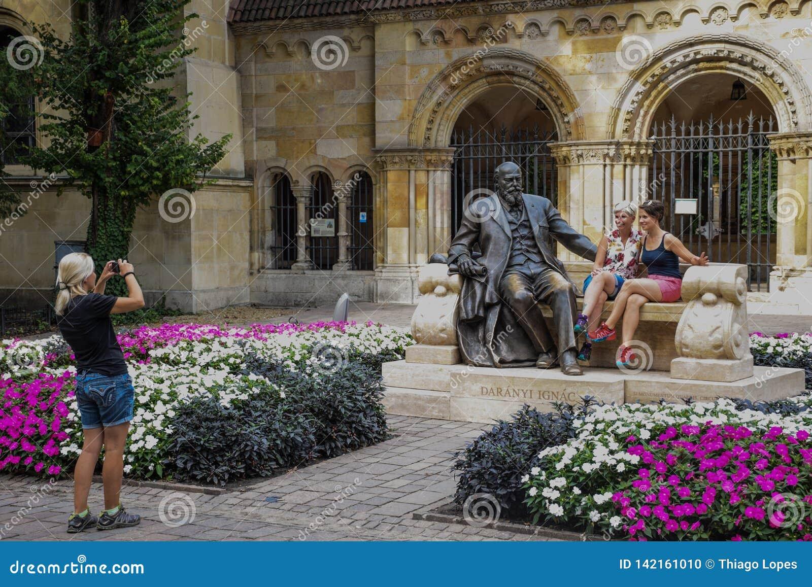 Budapest, Hongrie, septembre, 13, 2019 - touristes posant pour des images avec la statue du politicien hongrois Ignac