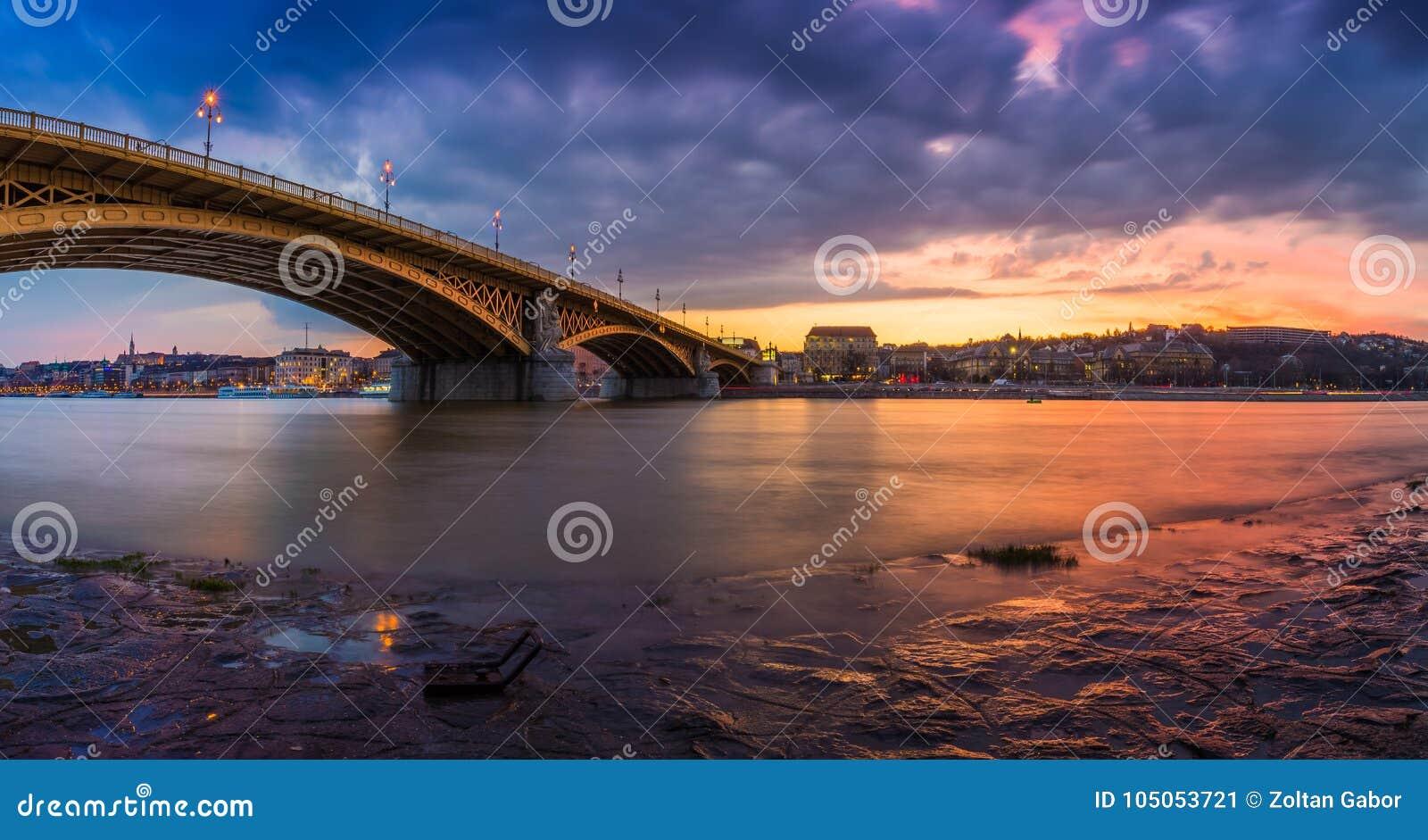 Budapest, Hongrie - tir panoramique du beaux coucher du soleil et nuages colorés chez Margaret Bridge