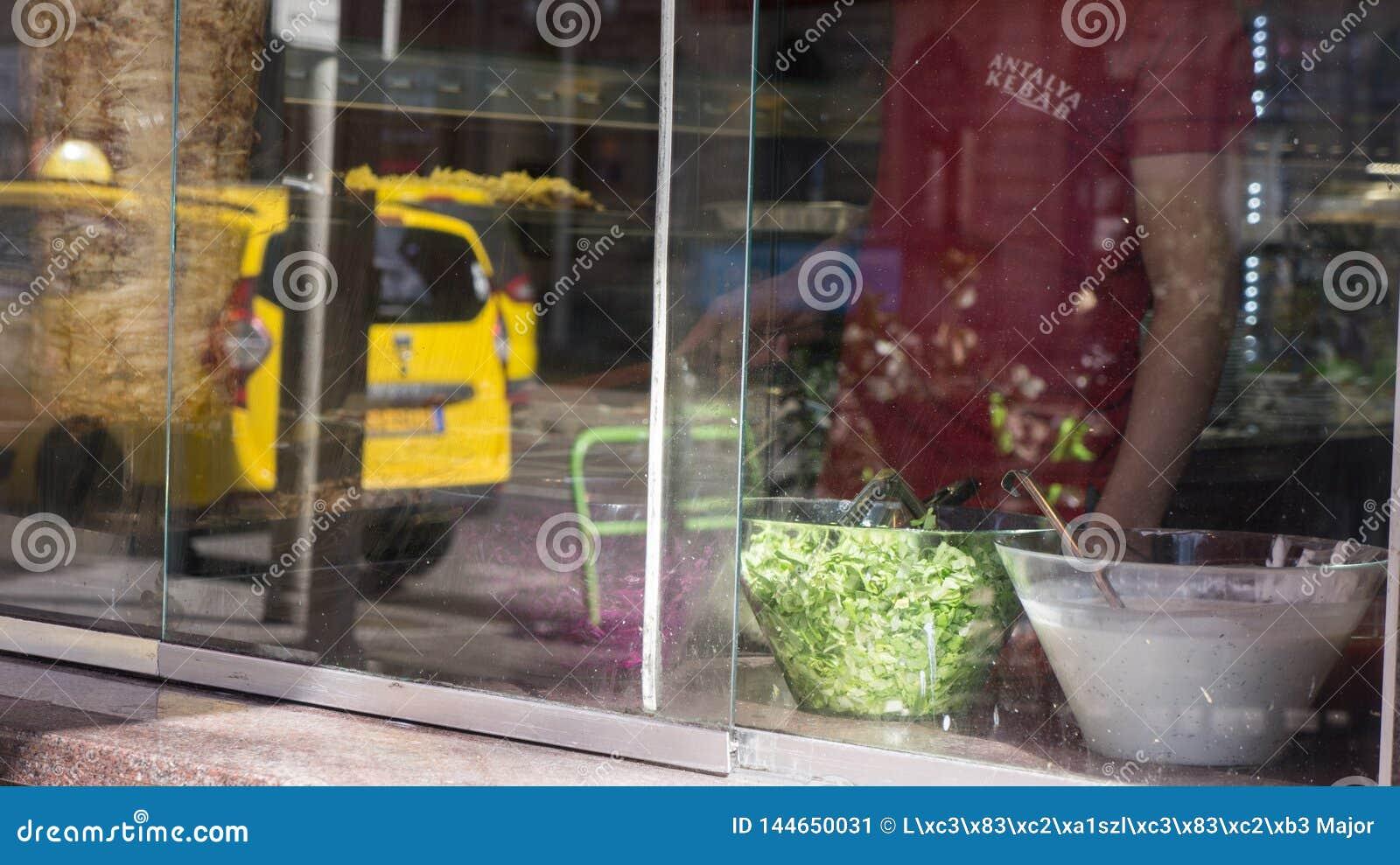 Budapest Hongrie 03 15 2019 un vendeur de chiche-kebab au travail