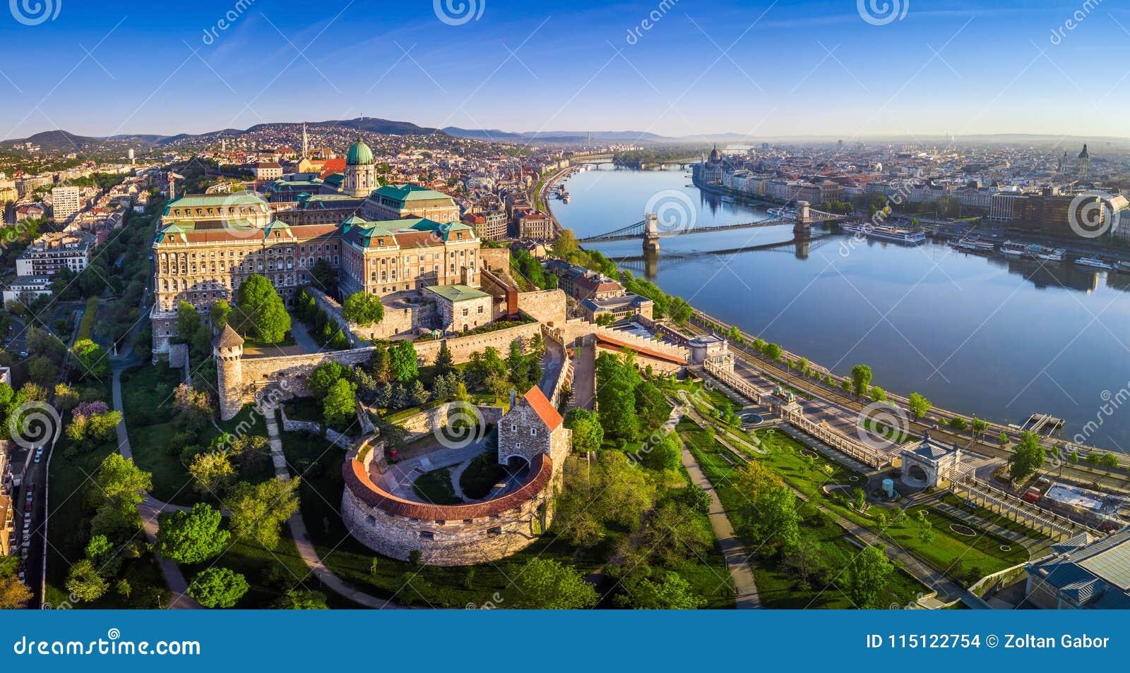 Budapest, Hongrie - vue panoramique aérienne d horizon de Buda Castle Royal Palace avec le pont à chaînes de Szechenyi