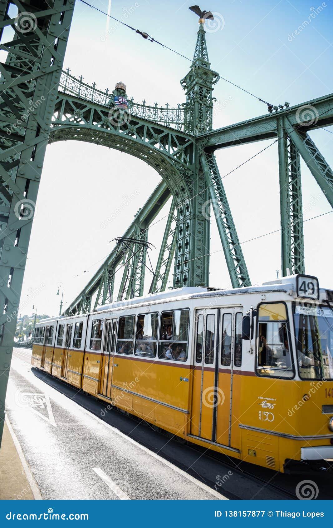 Budapest, Hungagry - septembre, 12, 2018 - pont jaune de liberté de croix de tram