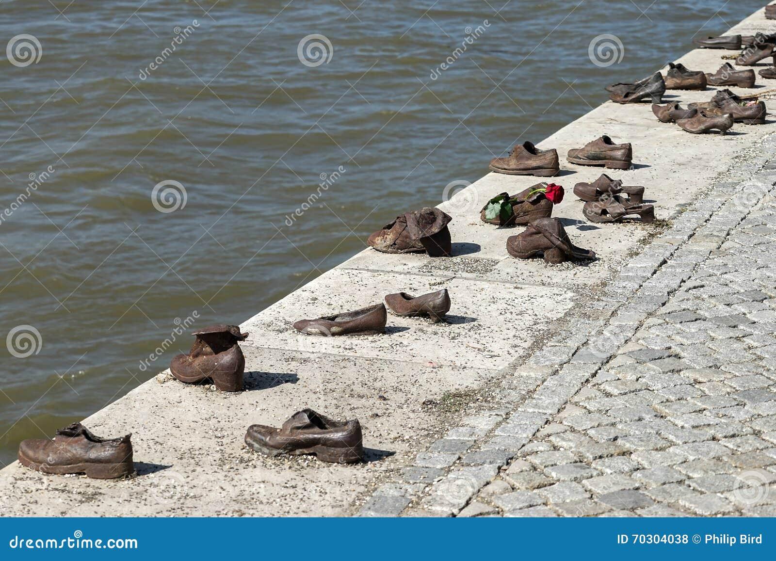 BUDAPEST, HUNGARY/EUROPE - 21 DE SEPTIEMBRE: El hierro calza el monumento a
