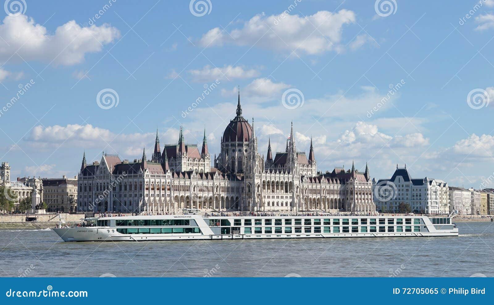 BUDAPEST, HUNGARY/EUROPE - 21 DE SEPTIEMBRE: Travesía del río a lo largo del