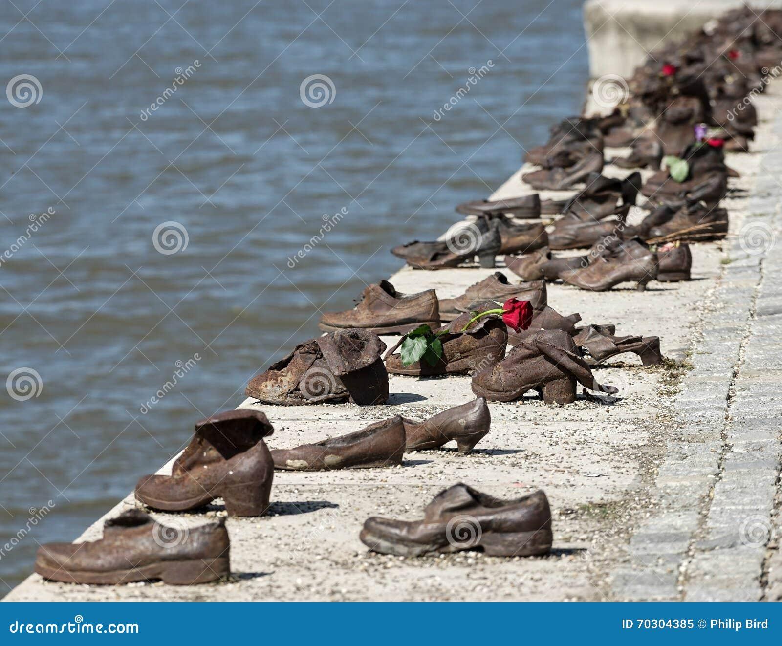 BUDAPEST, HUNGARY/EUROPE - 21. SEPTEMBER: Eisen beschuht Denkmal zu