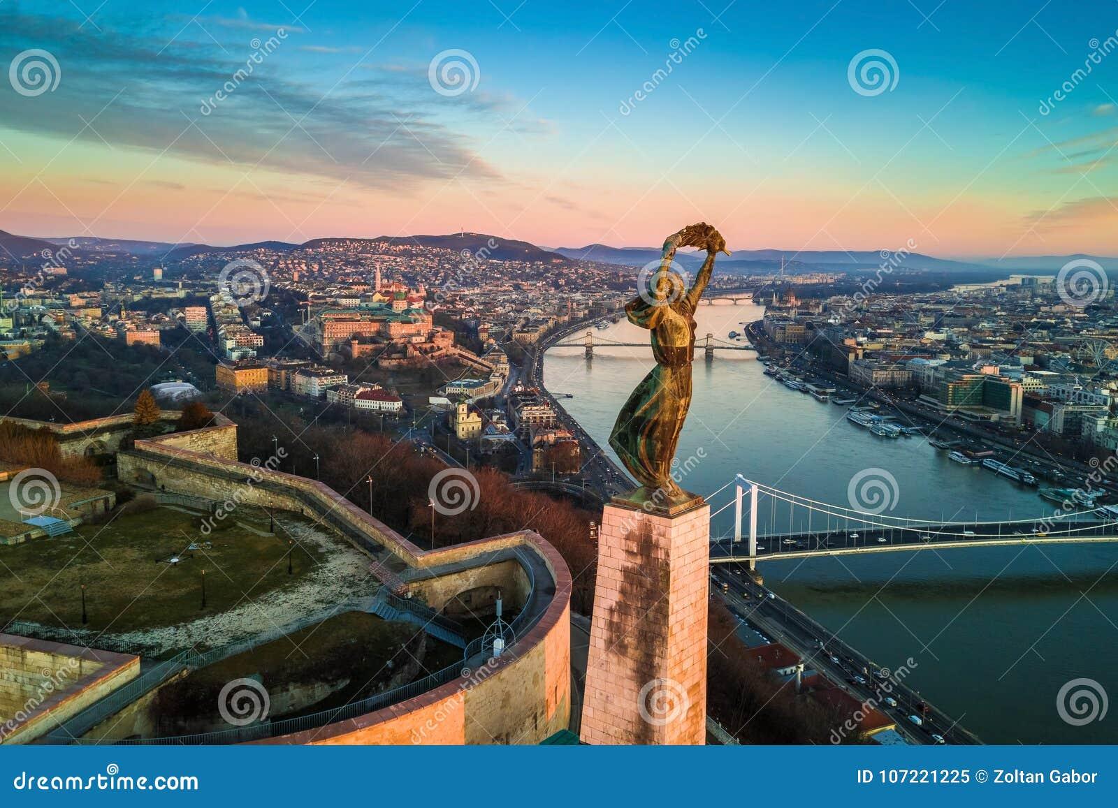 Budapest, Hungria - opinião aérea da skyline da estátua da liberdade com Buda Castle Royal Palace