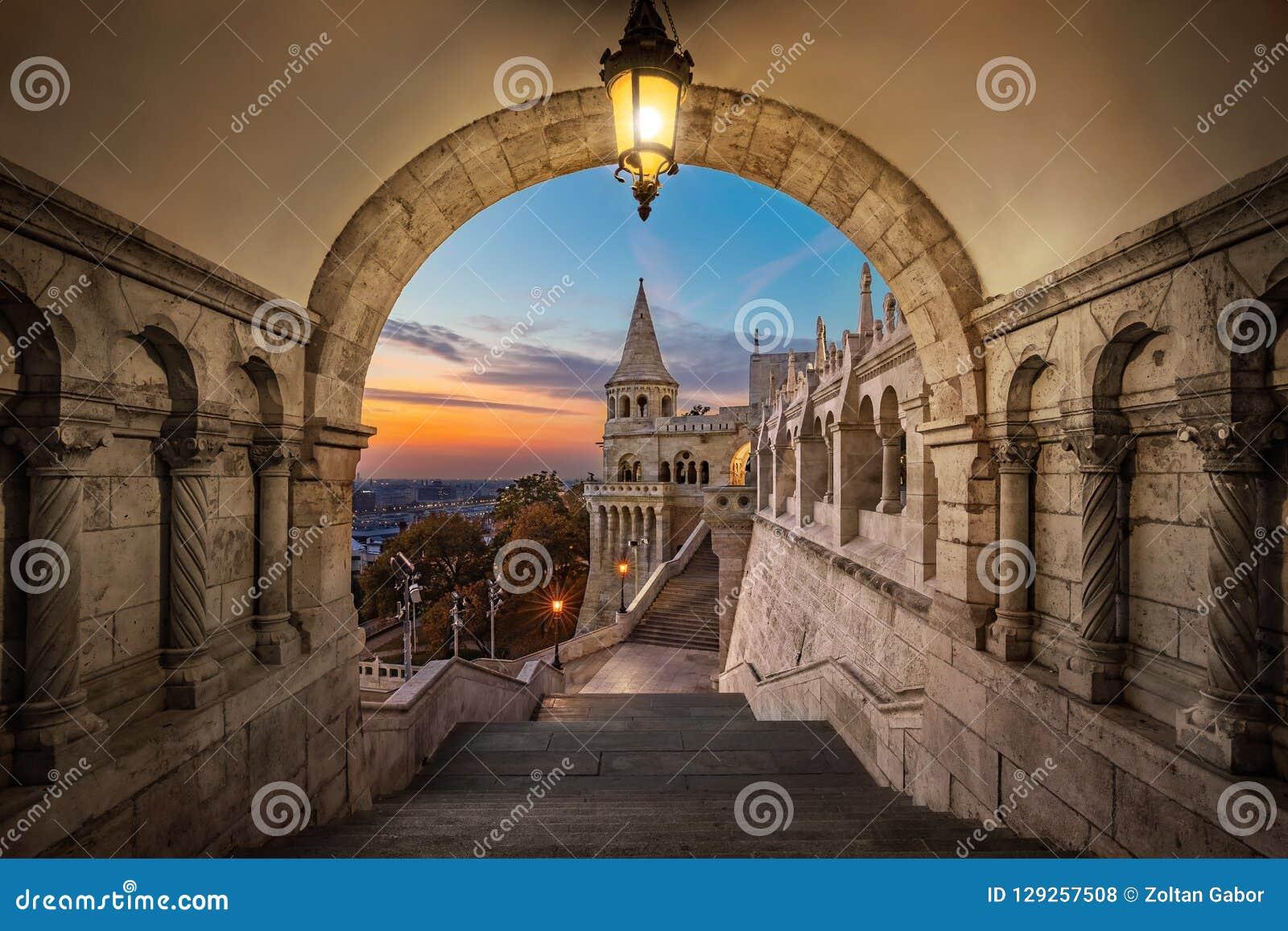 Budapest, Hungria - vista no bastião antigo Halaszbastya do ` s do pescador no nascer do sol