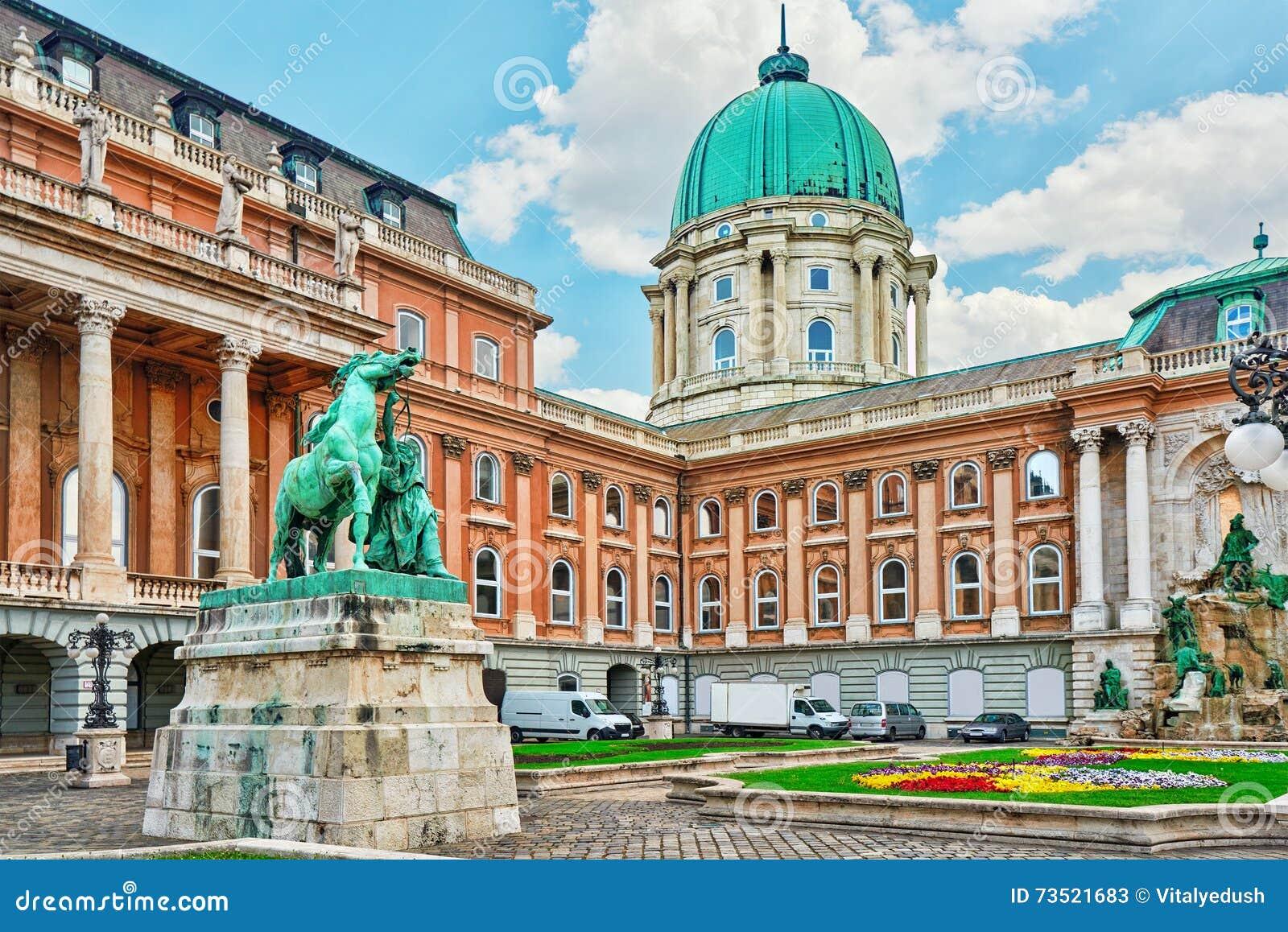 Budapest Królewski kasztel - podwórze Royal Palace w Budapest