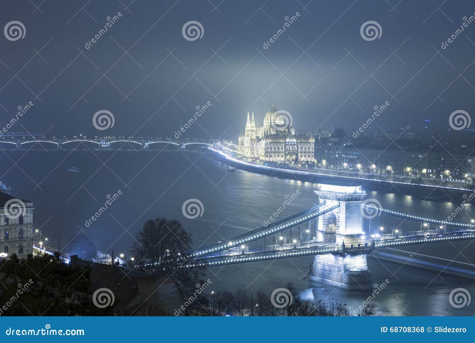 Budapest na noite, Hungria, vista na ponte Chain e na paridade