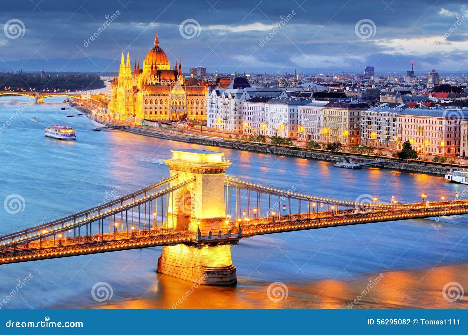 Budapest, opinião da noite da ponte Chain no Danube River