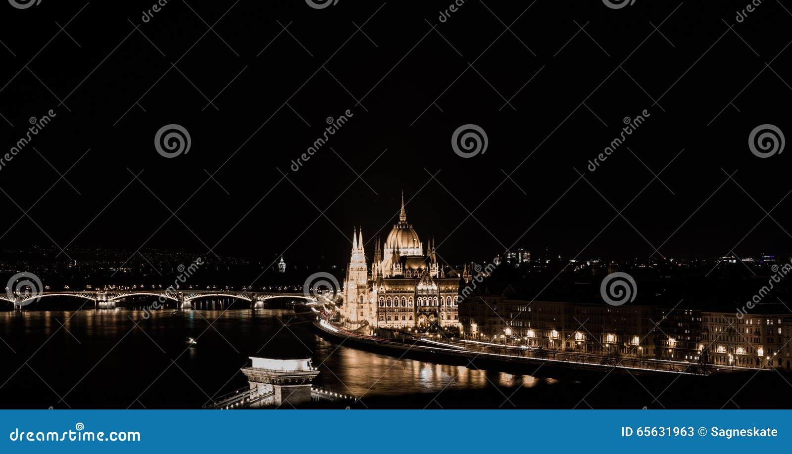 Budapest par nuit, le Parlement hongrois