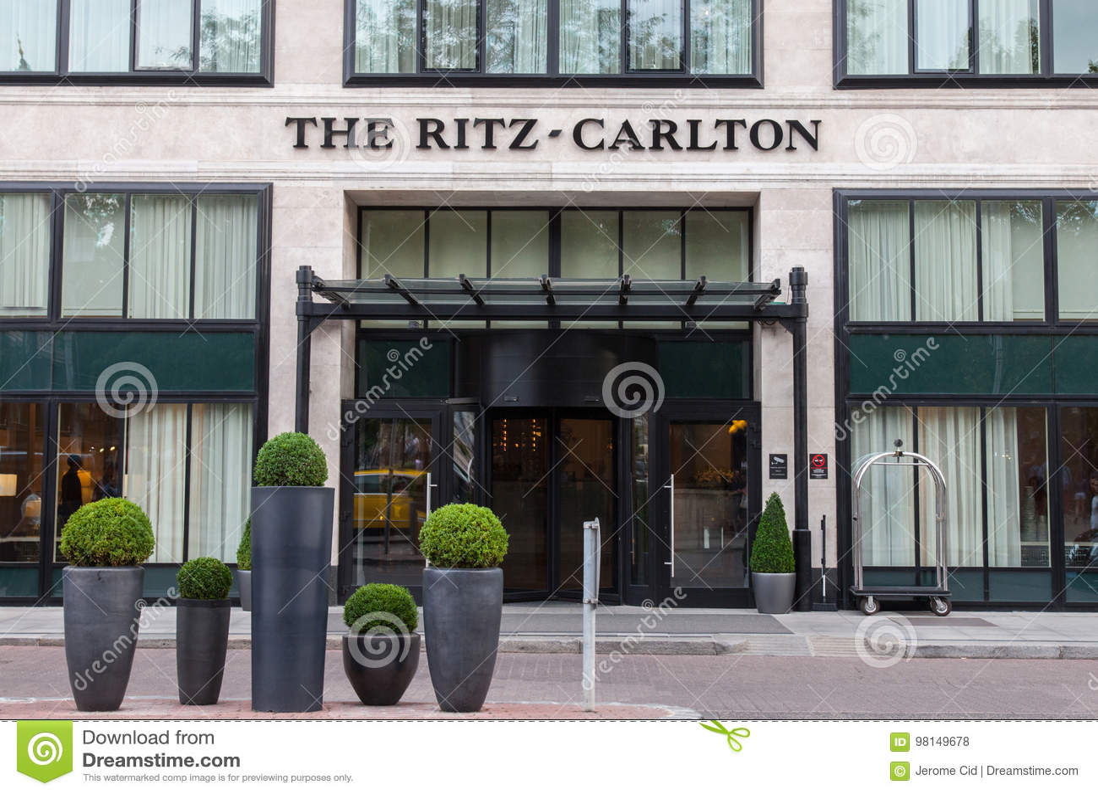 Budapest Ritz Carlton Hotel en la puesta del sol es uno de los hoteles de lujo del capital de Hungría