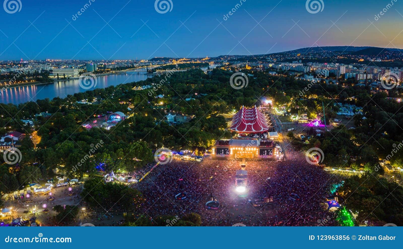 BUDAPEST, UNGARN - 12. AUGUST 2018: Panoramische von der Luftphotographie von Festival und von Hauptphase Sziget