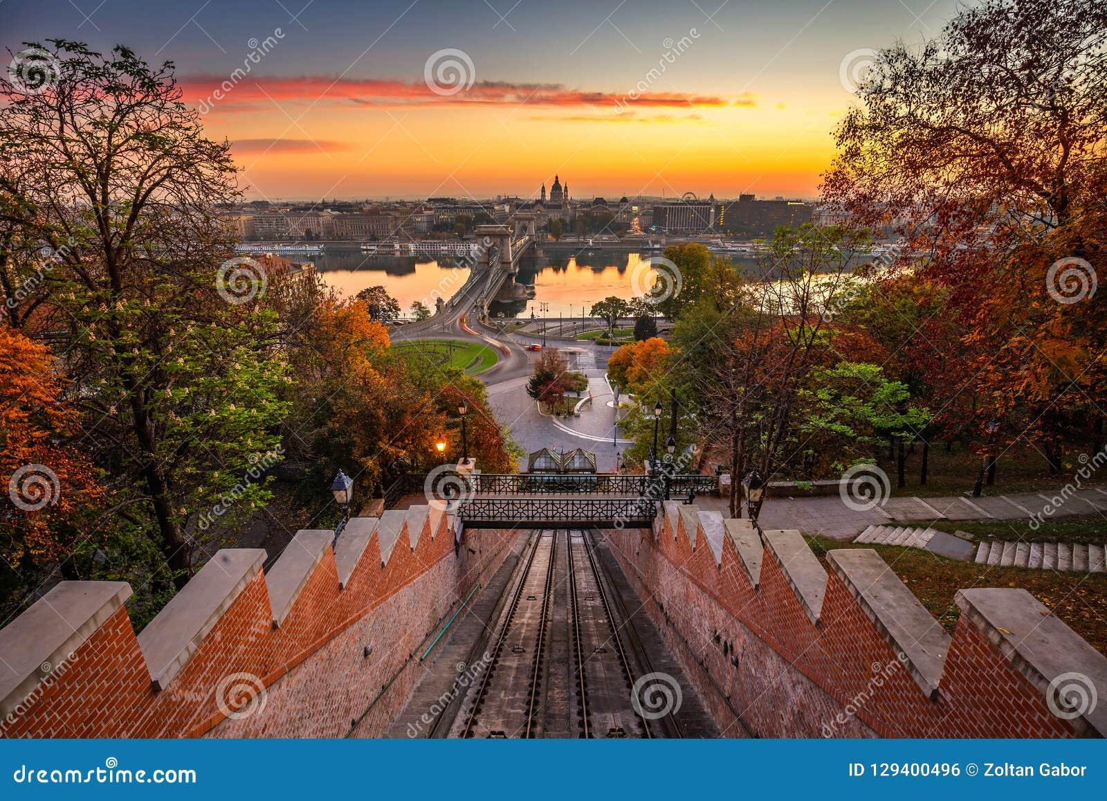 Budapest, Ungarn - Herbst in Budapest das Schloss-Hügel funikuläre BudavÃ-¡ ri Siklo mit der Szechenyi-Hängebrücke