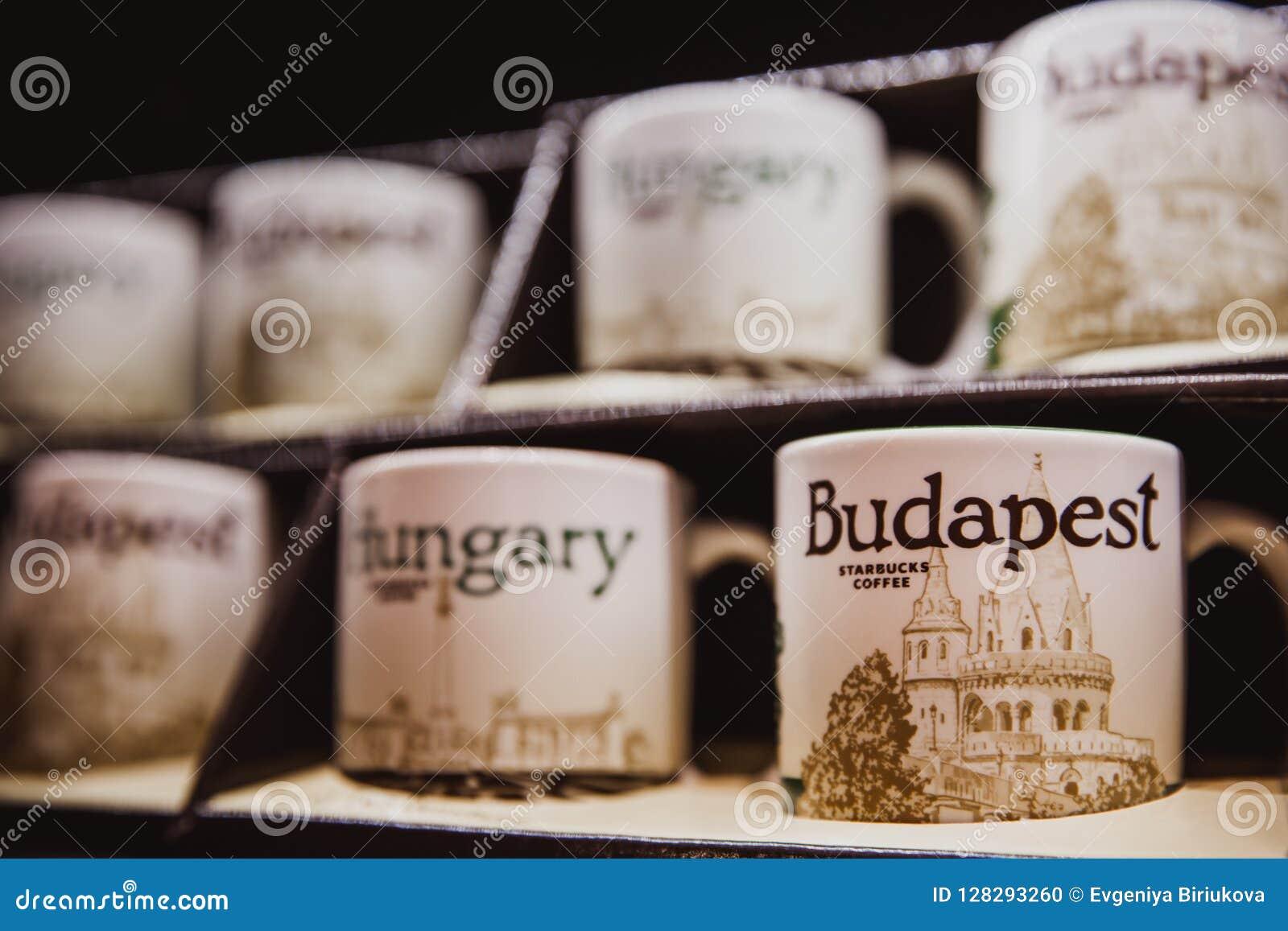 Budapest, Ungarn - 1. Januar 2018: Keramische Logoschale der Nahaufnahme von Starbucks Budapest im Shop in Starbucks-Café in Buda