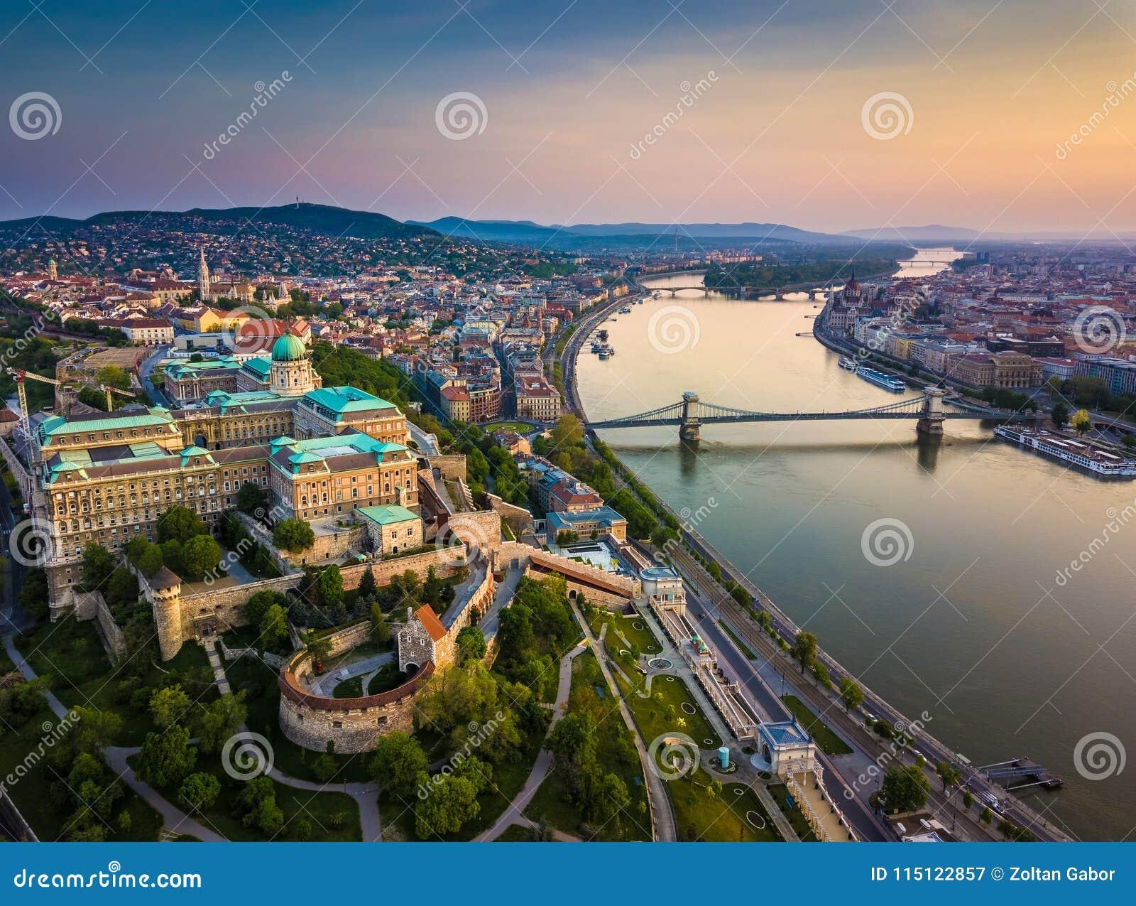 Budapest, Ungarn - Luft- Skylineansicht von Buda Castle Royal Palace und von Süd-Rondella mit Schloss-Bezirk