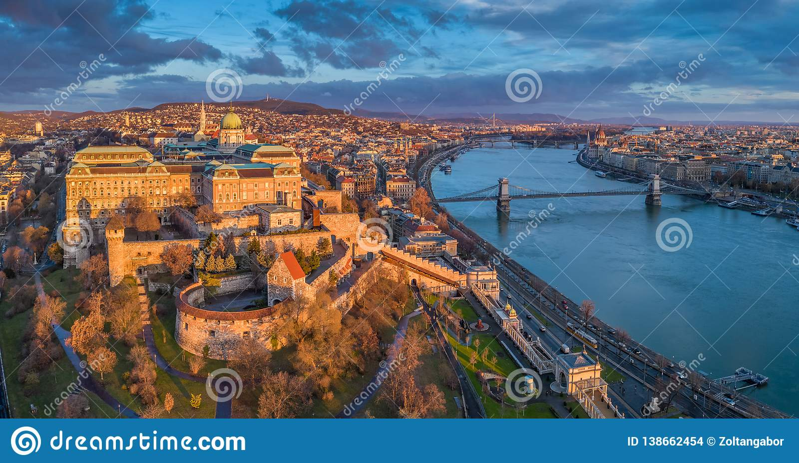 Budapest, Ungarn - Luftpanoramablick von Buda Castle Royal Palace mit Szechenyi-Hängebrücke, Parlament