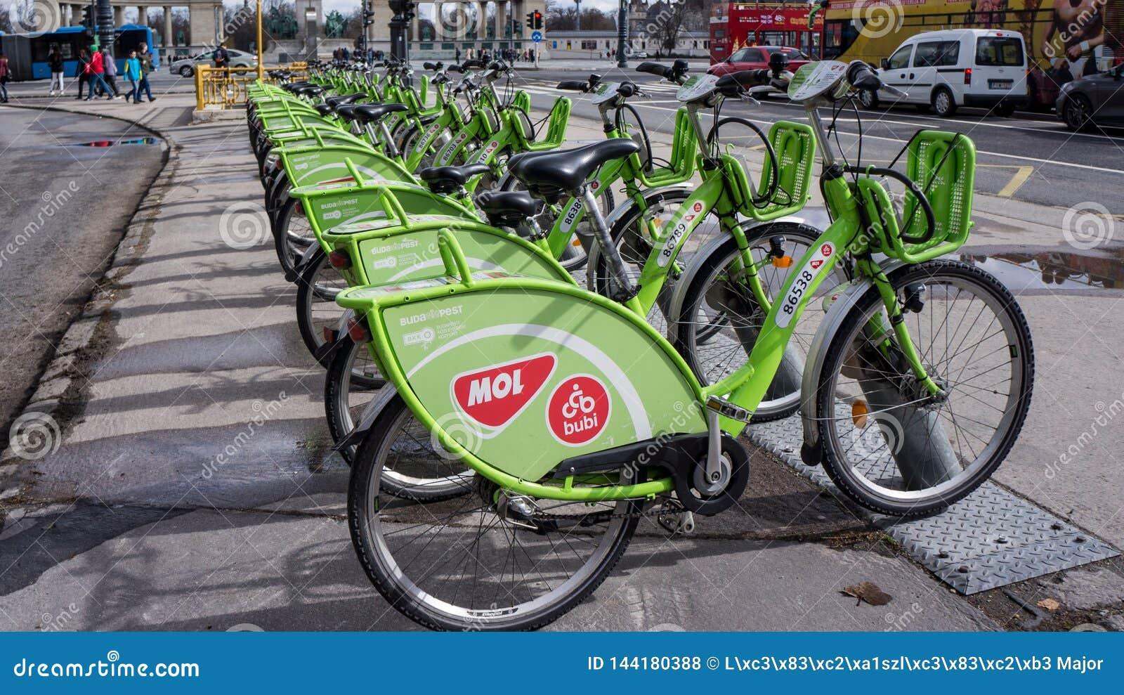 Budapest, Ungarn, am 15. März 2019: Miete BuBi Mol eine Fahrradstation in Andrassy-Straße