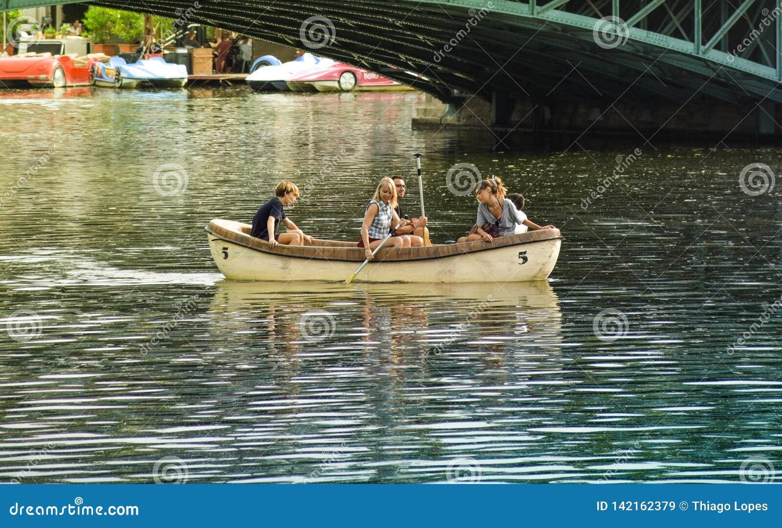 Budapest, Ungarn, September, 13, 2019 - Familie, die mit dem Boot auf einem Teich in Varolisget-Park in Budapest schlendert