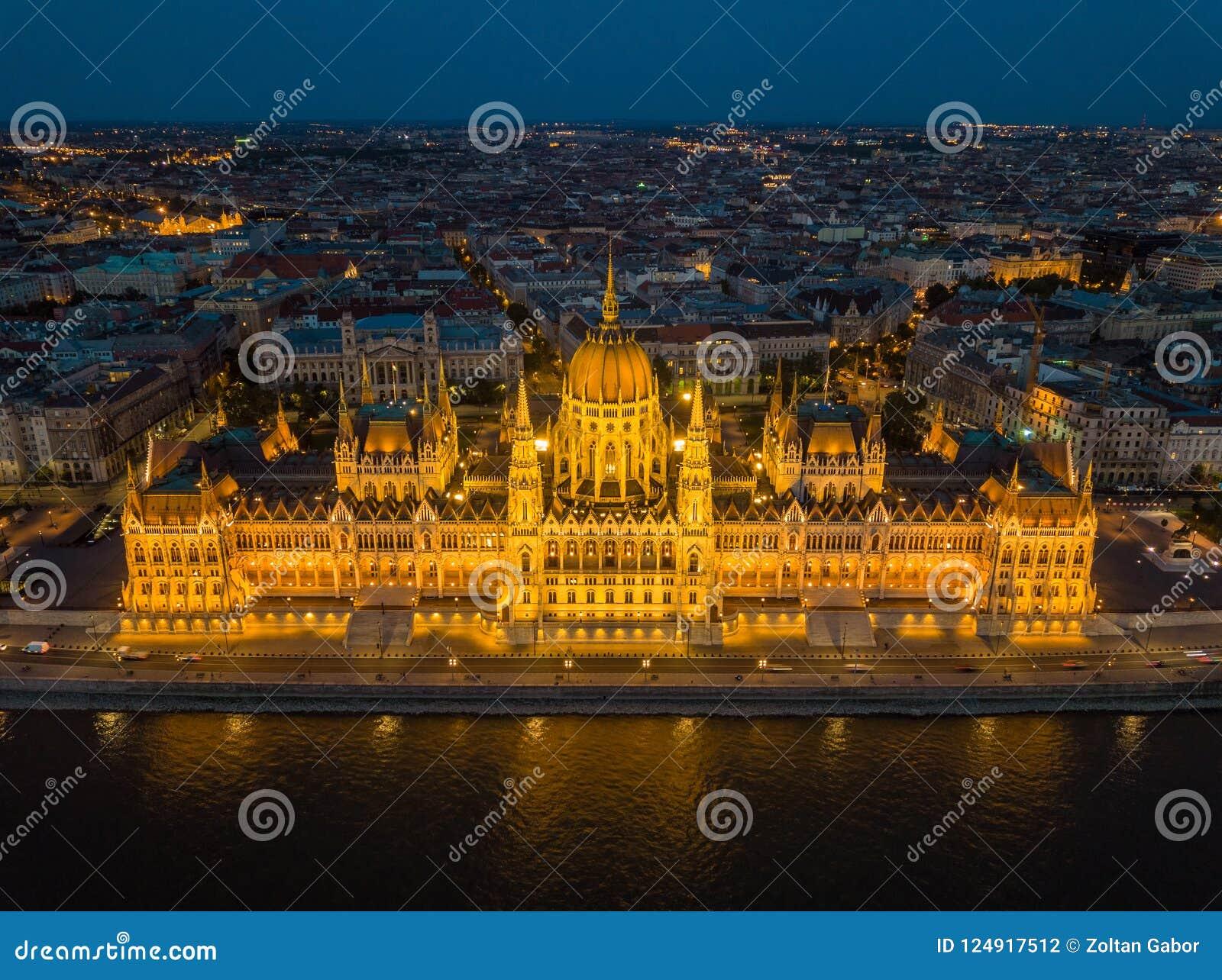 Budapest, Ungarn - Vogelperspektive des schönen belichteten Parlaments von Ungarn Orszaghaz an der blauen Stunde