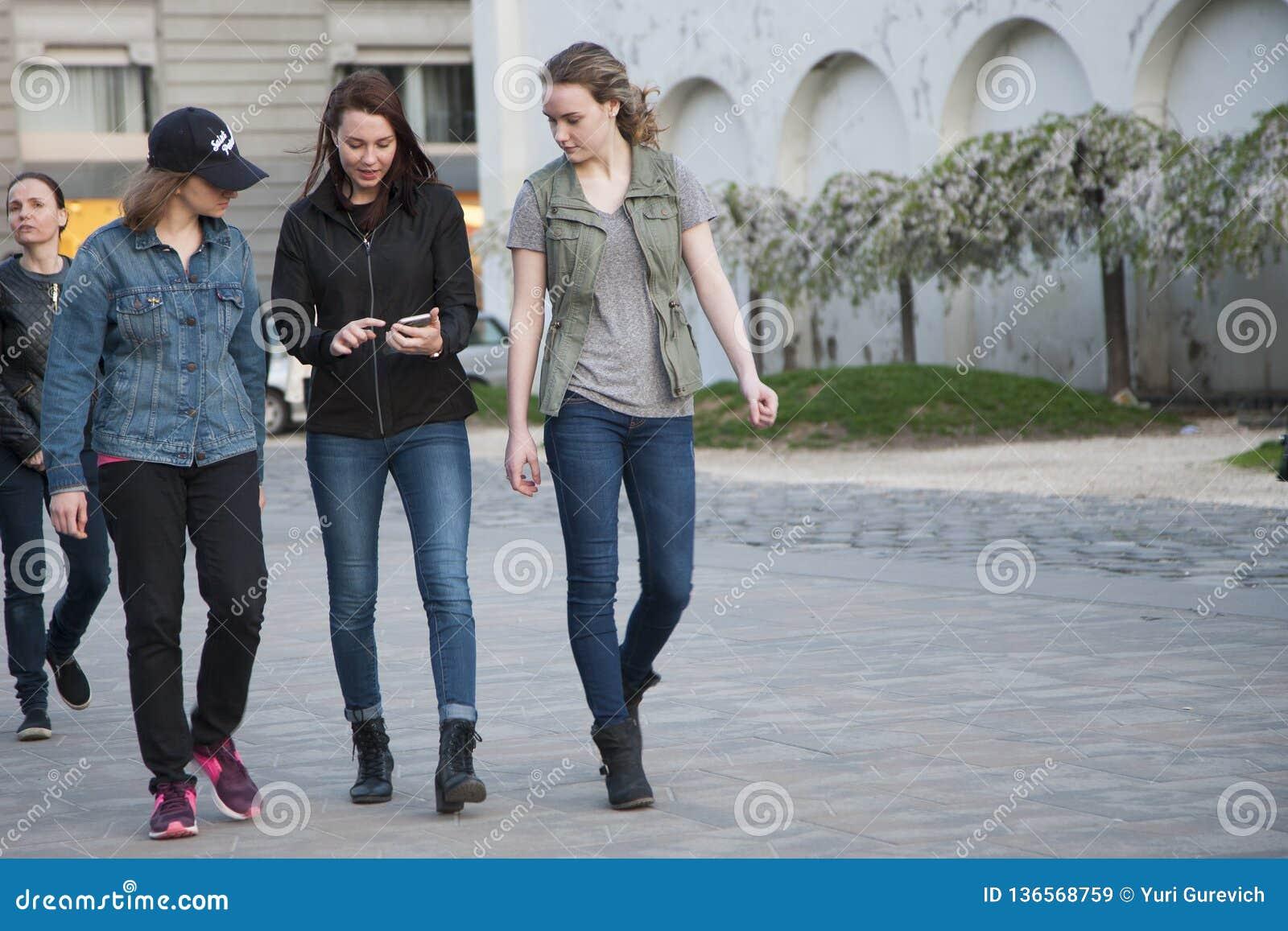 Budapest Ungern - April 10, 2018: Nätta flickor som går ner gatan