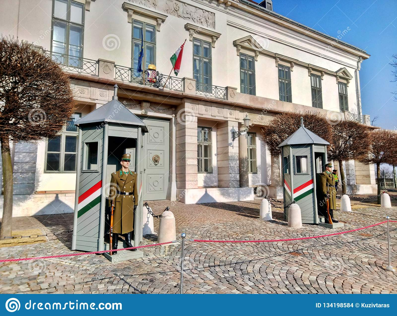 Budapest/Ungern - Februari 12 2017: Beväpnad Budapest presidents- vakt