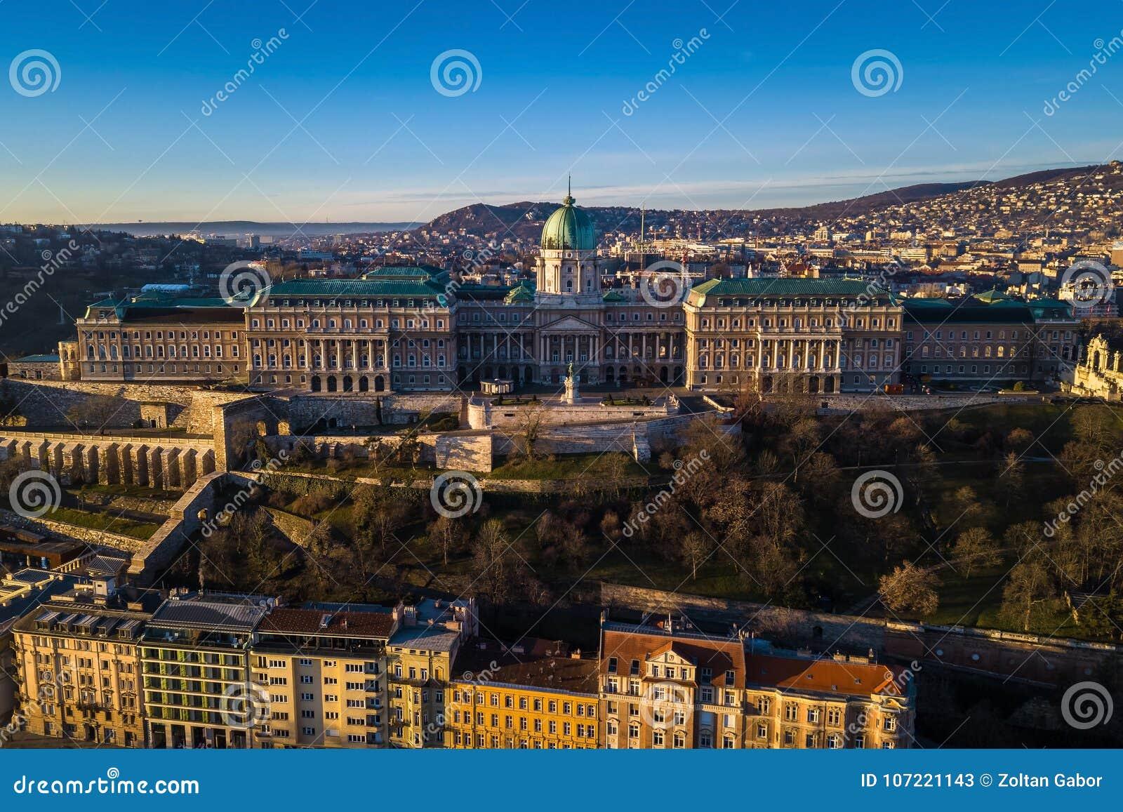 Budapest Ungern - flyg- sikt av Buda Castle Royal Palace tidigt på morgonen