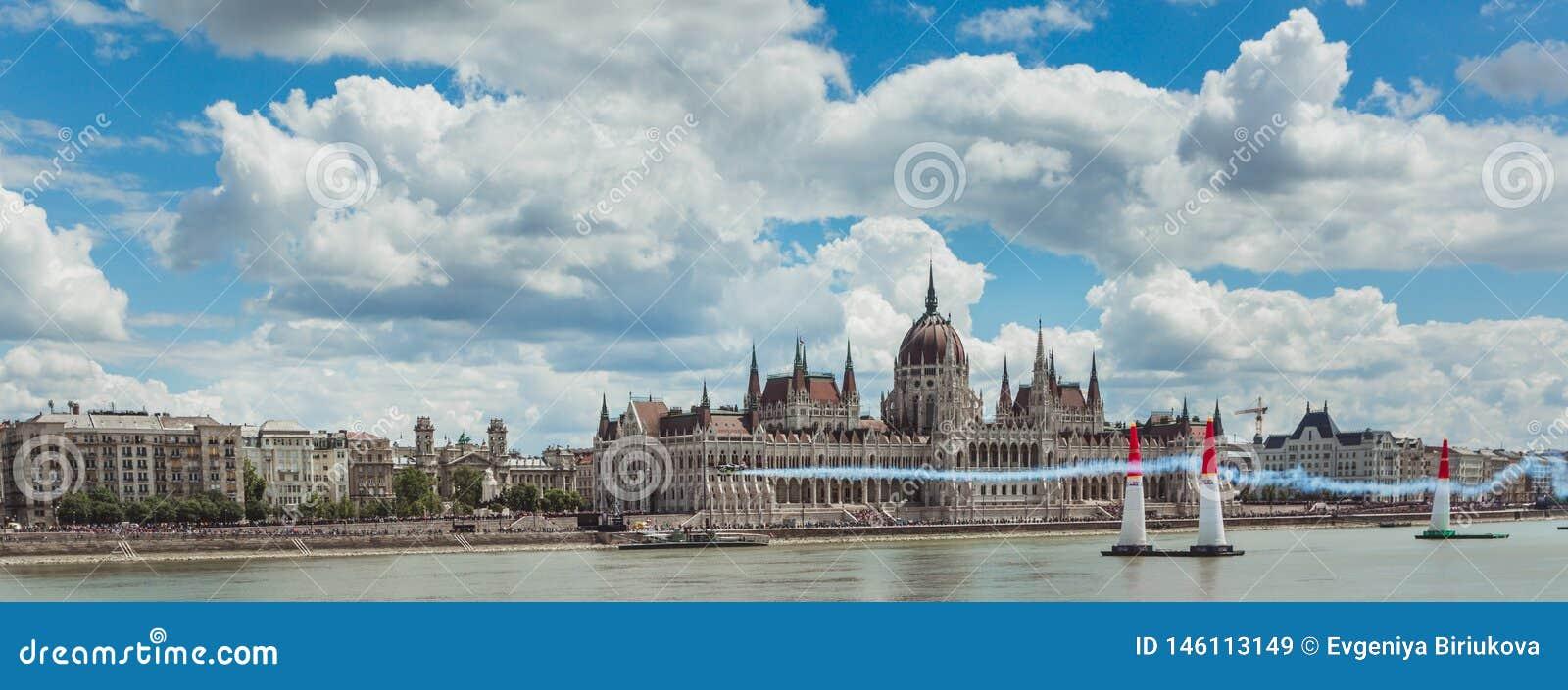 BUDAPEST UNGERN, JUNI 24 - 2018 - Red Bull luftlopp i mitten av huvudstaden Budapest, Ungern