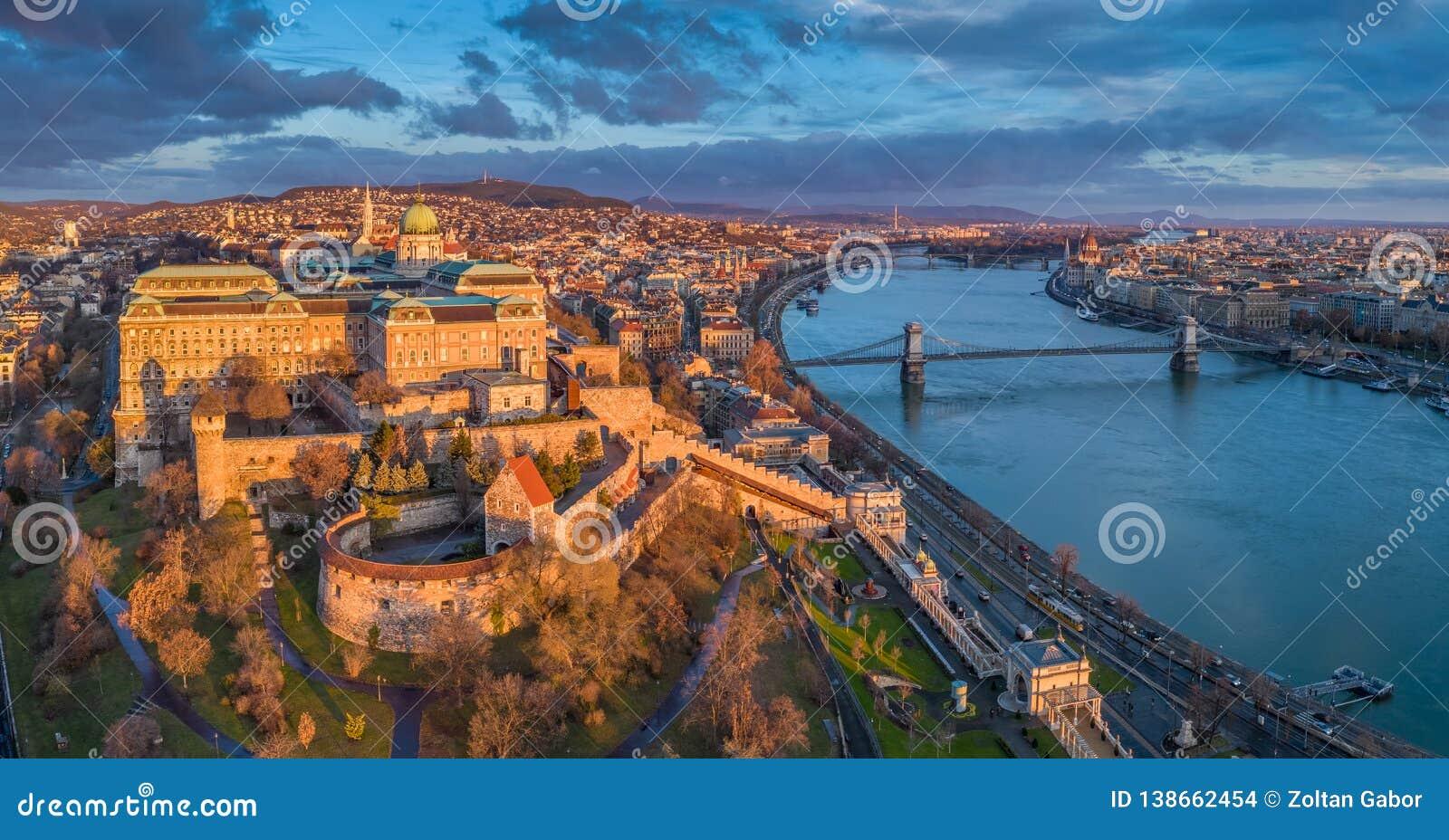 Budapest, Ungheria - punto di vista panoramico aereo di Buda Castle Royal Palace con il ponte a catena di Szechenyi, il Parlament
