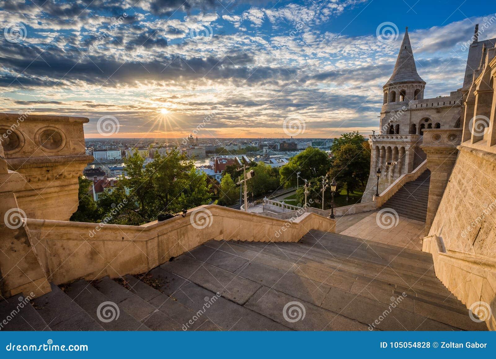 Budapest, Ungheria - scala del pescatore famoso Bastion su una bella mattina soleggiata
