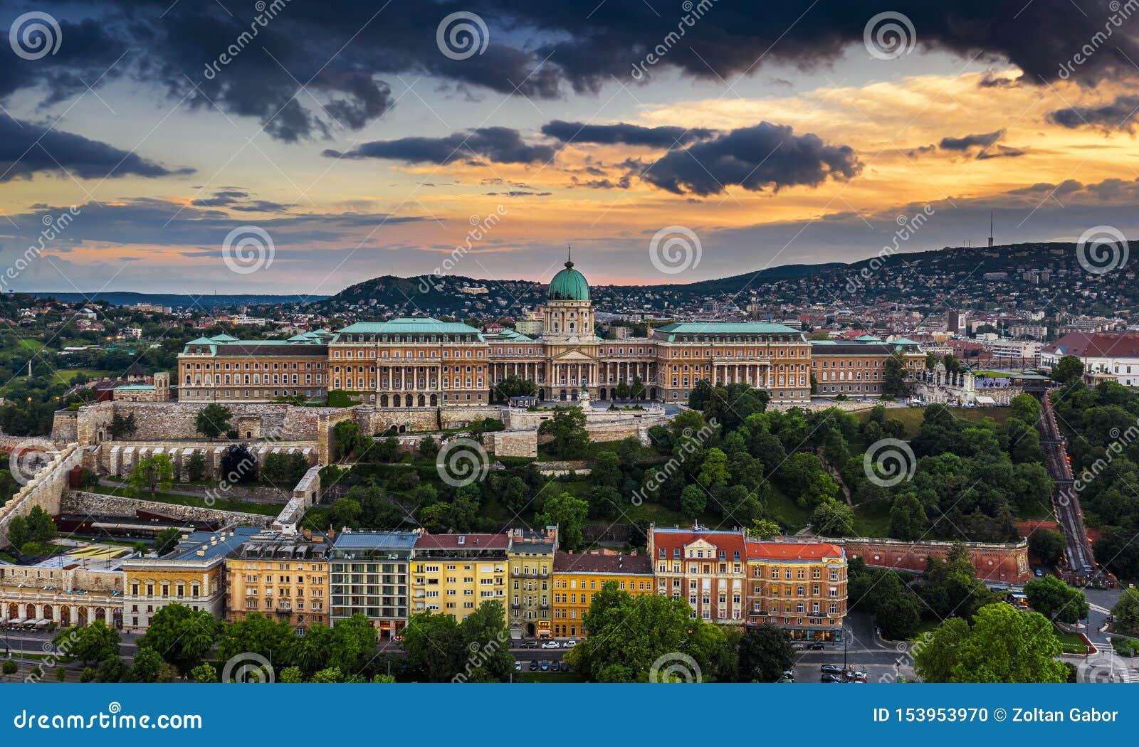 Budapest, Ungheria - tramonto dorato drammatico sopra Buda Castle Royal Palace ad ora legale