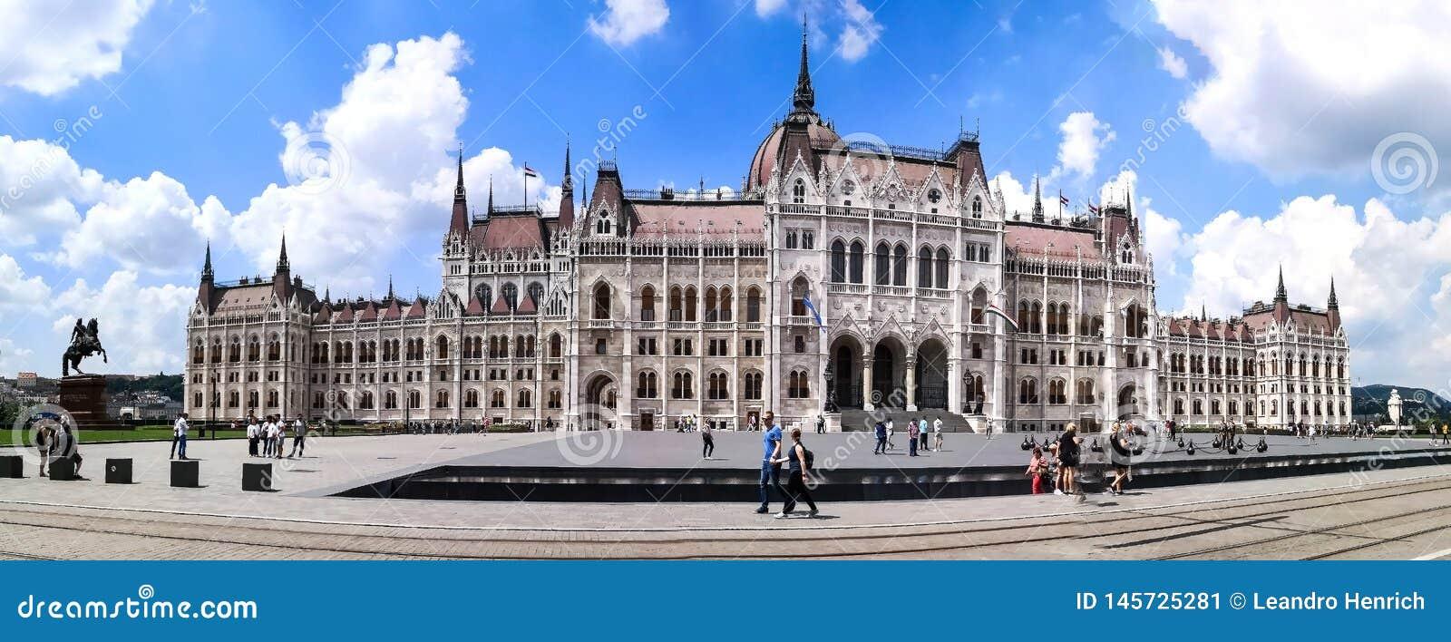 Budapest, Budapest/Ungheria; 05/27/2018: una vista frontale panoramica della costruzione del Parlamento di Budapest sull estate d