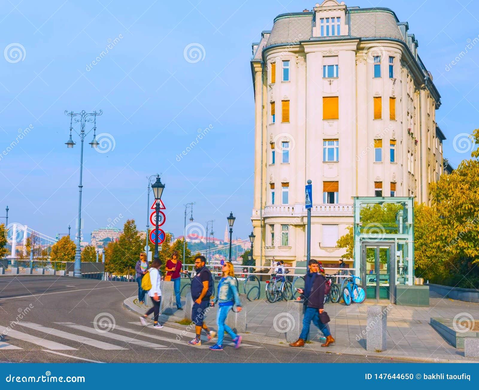 Budapest, Węgry - MAI 01, 2019: Turyści i goście na sławnym Vaci Utca główna zakupy ulica w Budapest, Węgry