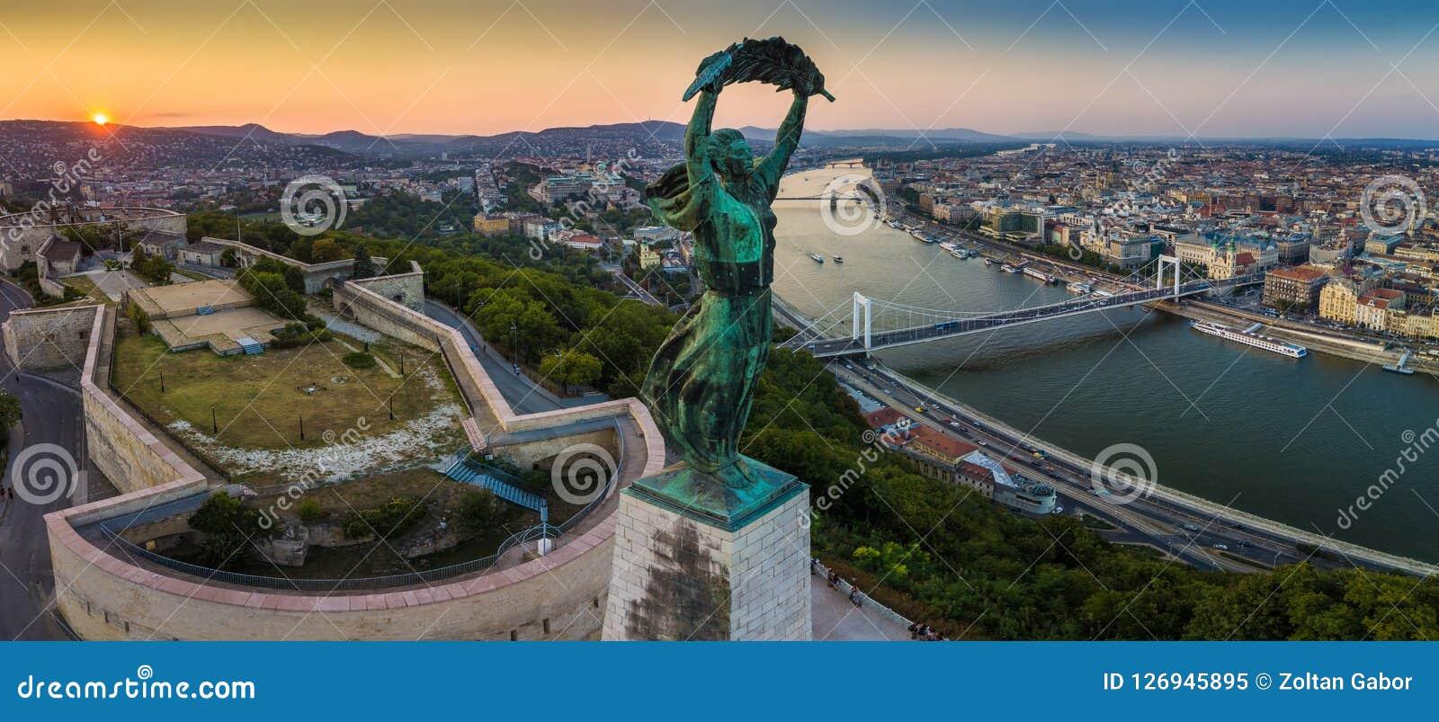 Budapest, Węgry - Panoramiczny widok Węgierska statua wolności przy wschodem słońca z Elisabeth mostem i Szechenyi Łańcuszkowym m