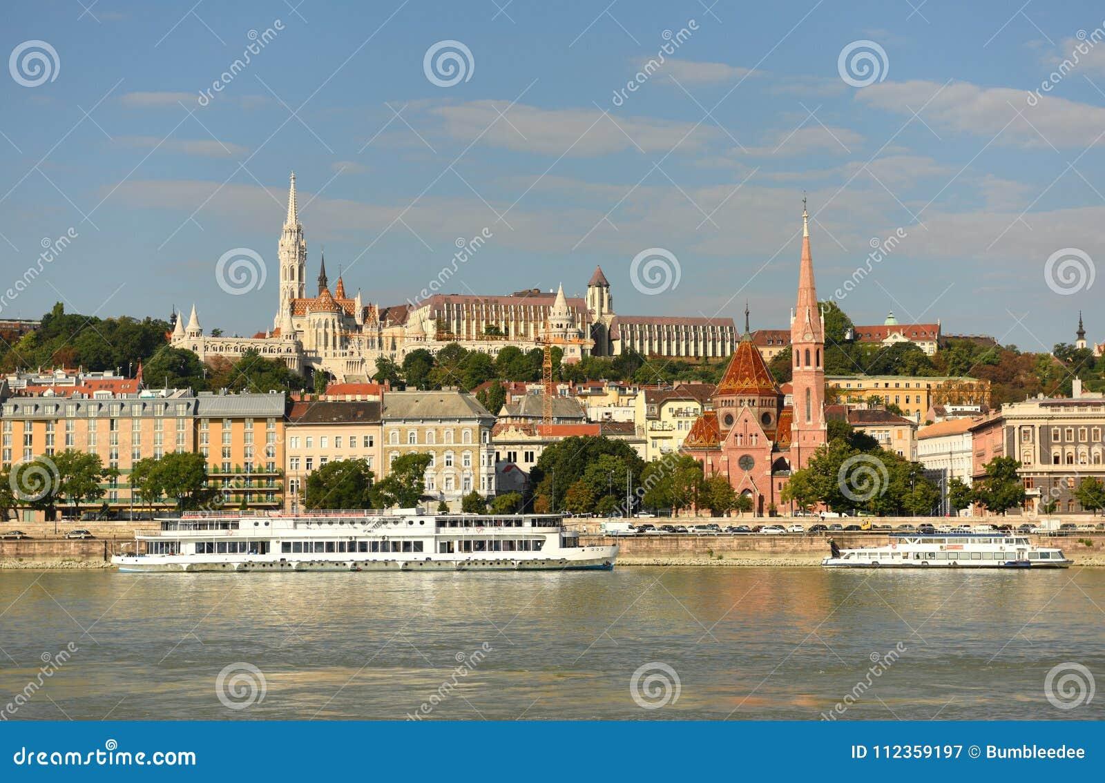 Budapest Węgry, Sierpień, - 29, 2017: Buty na Danube banku Ja