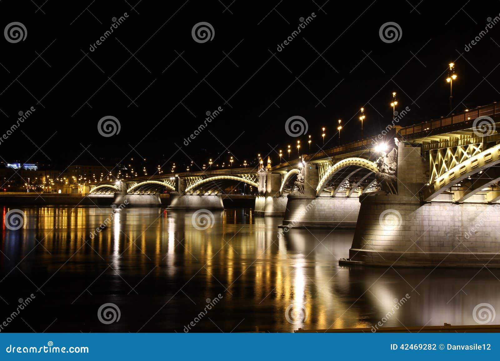 Budapesta-Nachtbrücke über Donau