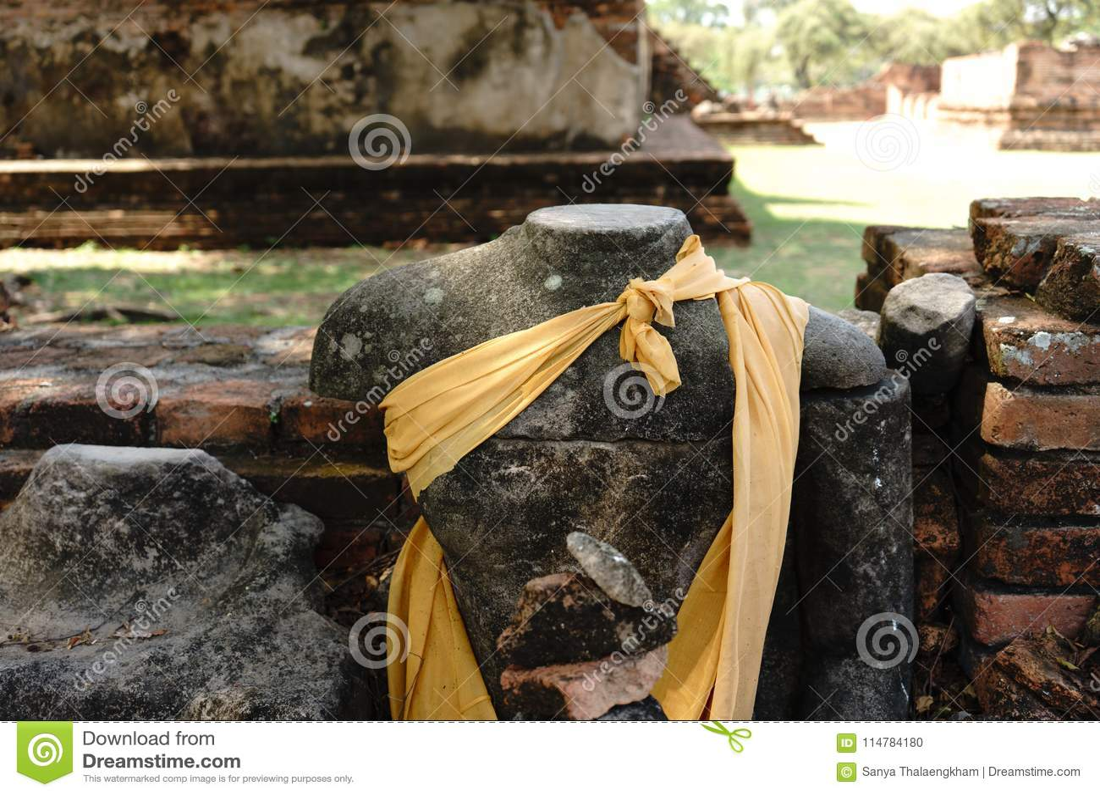 Buddha bez głowy w świątyni