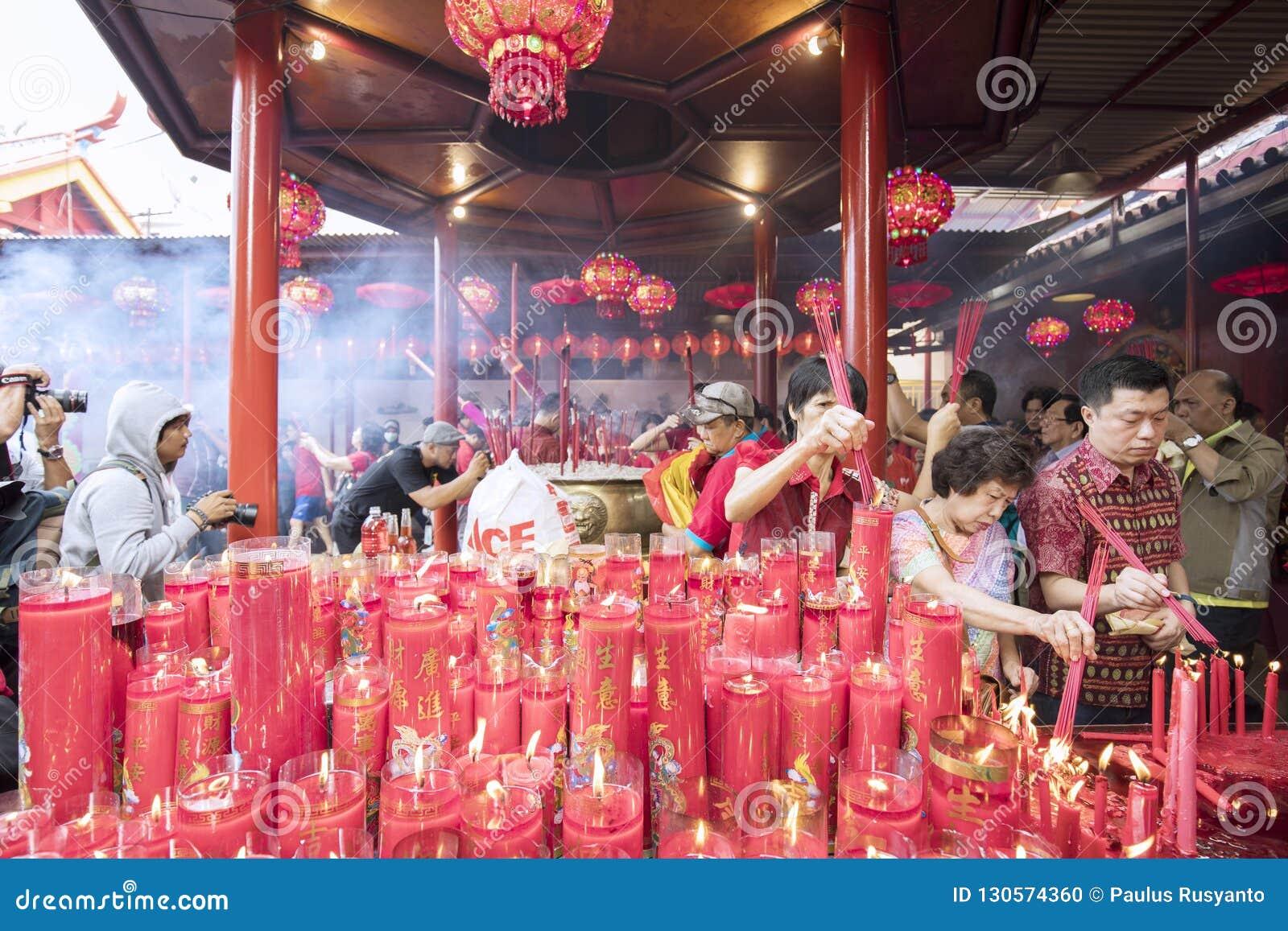 Buddha dewotki pali kadzidło kije ono modlić się